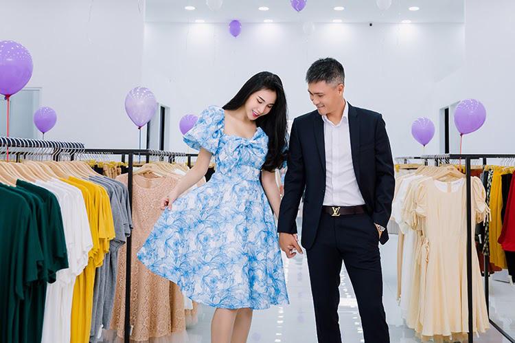 Vợ chồng Công Vinh và Thủy Tiên tình tứ đi mua sắm ngày cuối tuần - Ảnh 4.