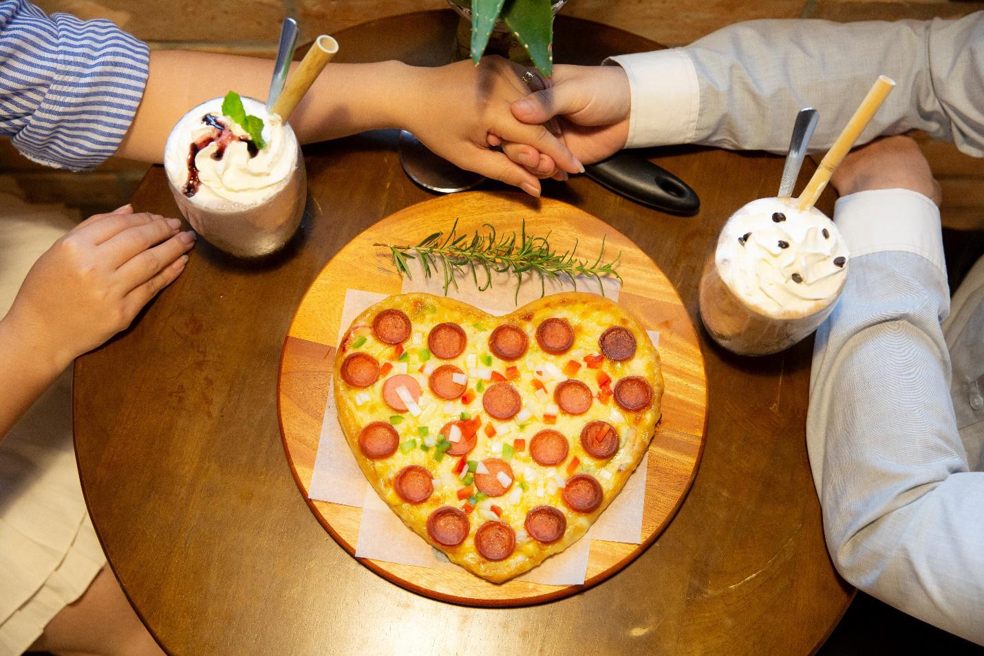 Quá sức độc đáo với bánh pizza hình trái tim và ngôi sao tại Thiên Hạt Coffee, đẹp khiến không nỡ ăn - Ảnh 1.