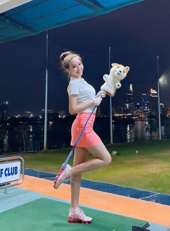 Nữ MC truyền hình gây ấn tượng với hình ảnh xinh lung linh cùng đường cong hút mắt trên sân golf - Ảnh 6.