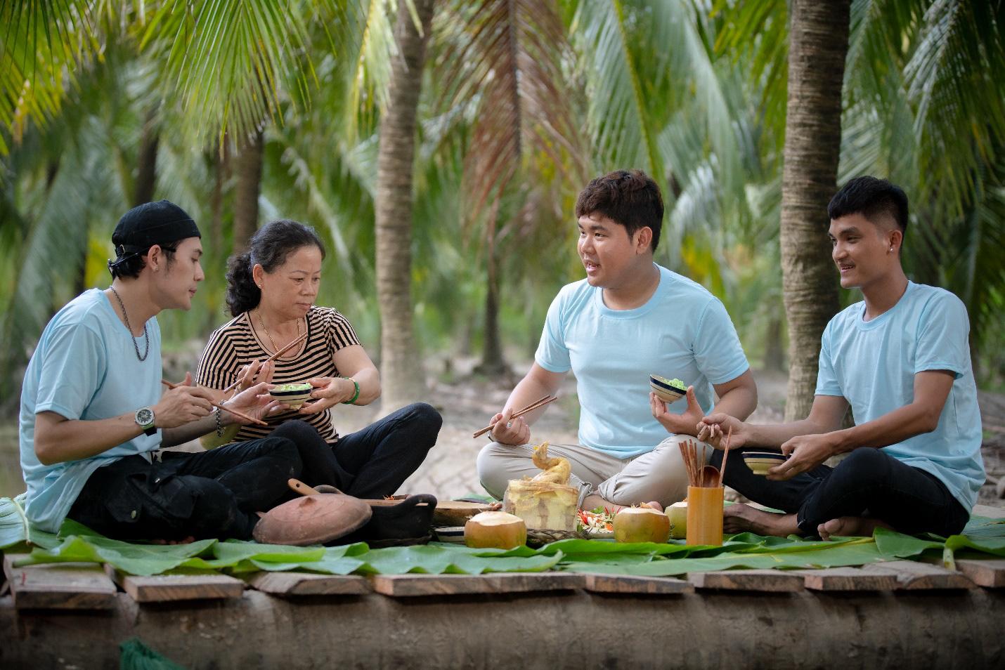Cùng Quốc Khánh - Võ Đăng Khoa nấu đặc sản miền Tây: Cá bống kho, gà hấp củ hũ dừa, gỏi tai heo - Ảnh 1.
