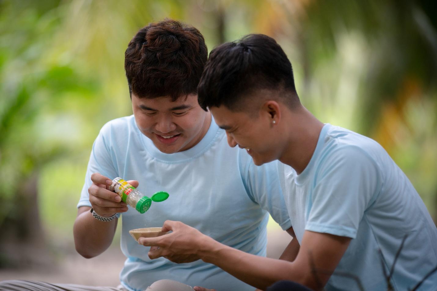 Cùng Quốc Khánh - Võ Đăng Khoa nấu đặc sản miền Tây: Cá bống kho, gà hấp củ hũ dừa, gỏi tai heo - Ảnh 4.