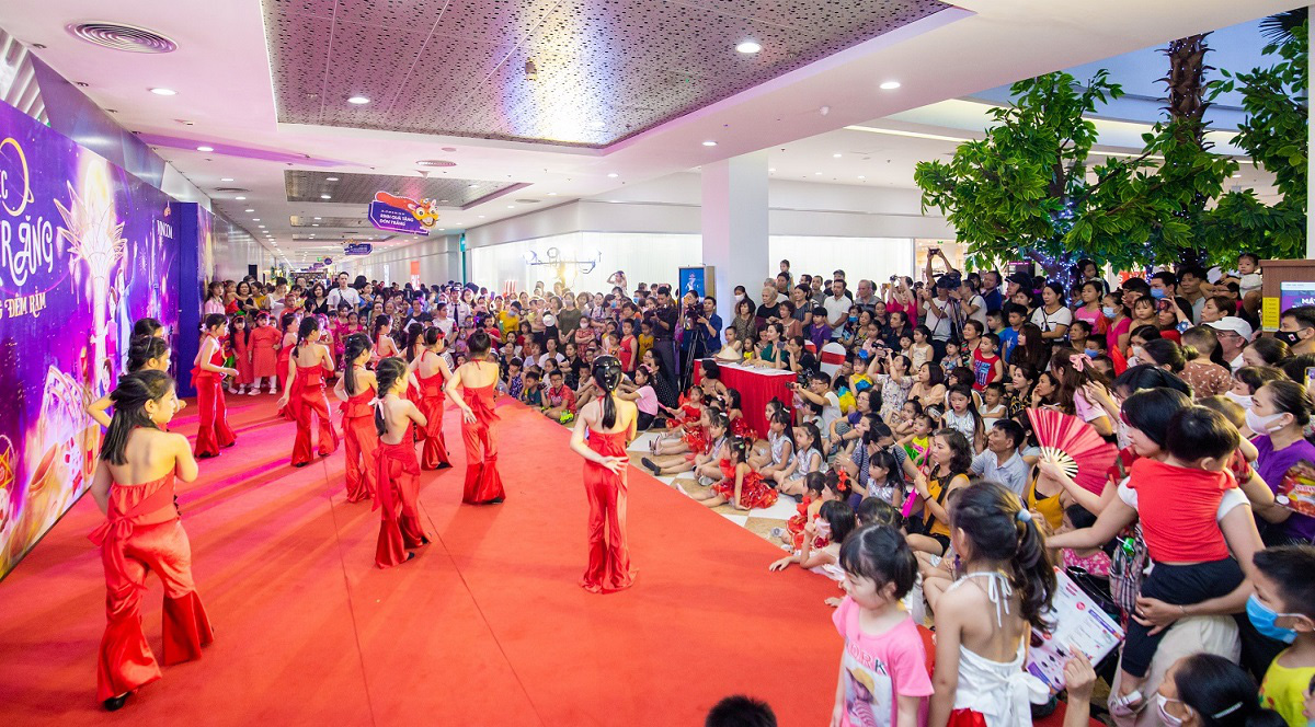 Người dân Thủ đô hào hứng check-in với cây đèn lồng Hoa Đăng lớn nhất Việt Nam - Ảnh 6.