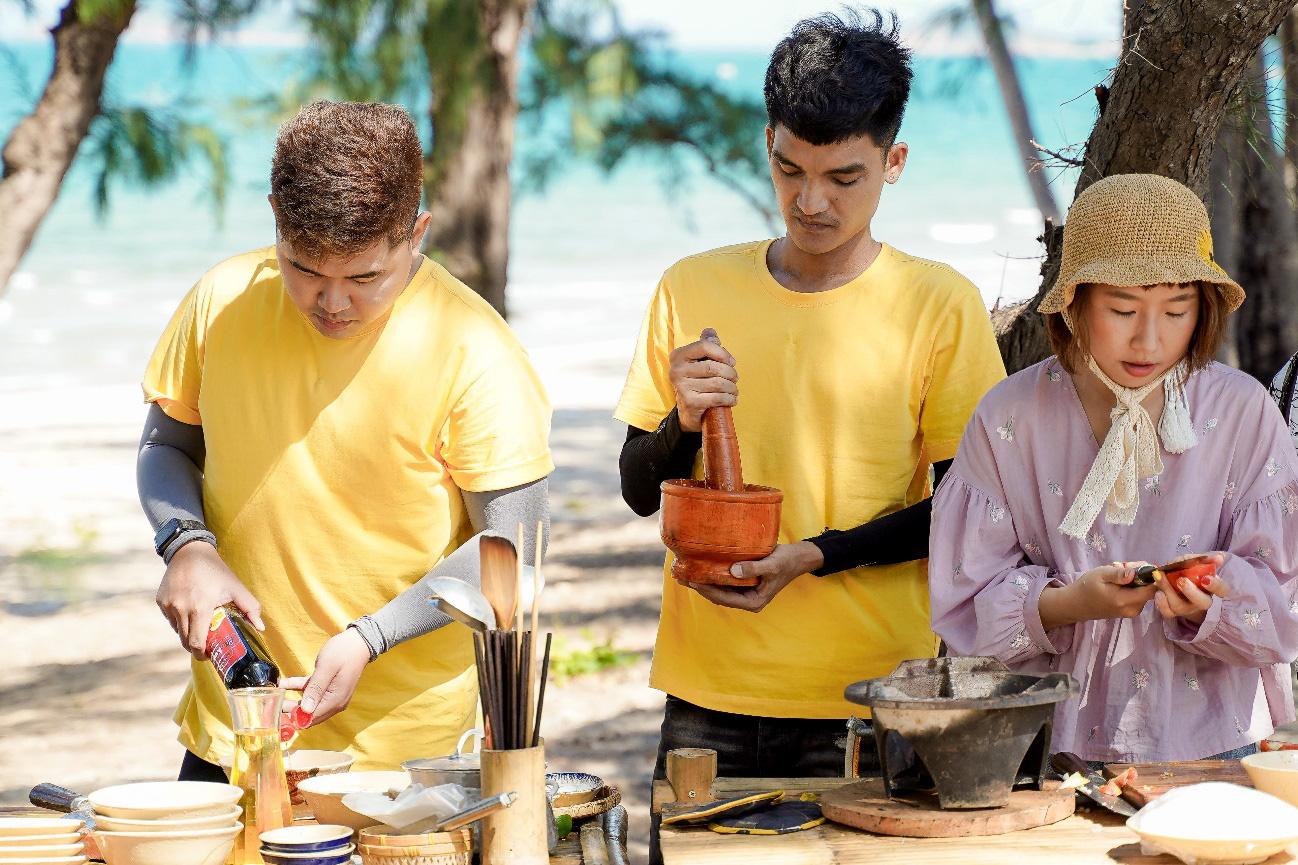 Mạc Văn Khoa cùng dàn nghệ sĩ học bí quyết làm gỏi sứa - lẩu sứa Bình Định ngon đúng điệu - Ảnh 1.
