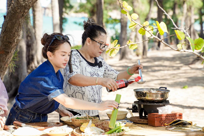 Mạc Văn Khoa cùng dàn nghệ sĩ học bí quyết làm gỏi sứa - lẩu sứa Bình Định ngon đúng điệu - Ảnh 2.