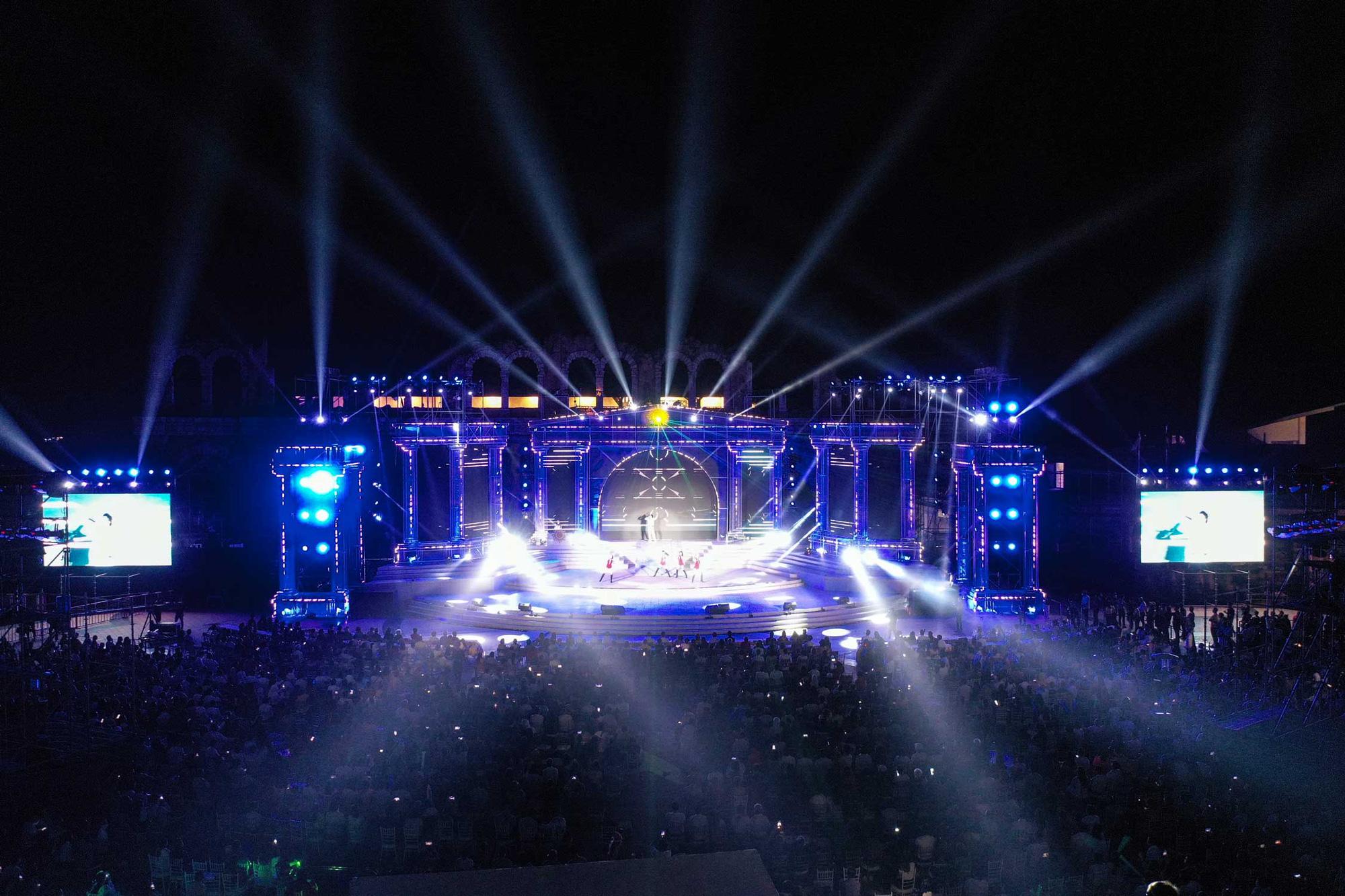 Thu Phương, Soobin Hoàng Sơn, Văn Mai Hương… khiến khán giả đã tai, đã mắt tại Đại nhạc hội New Year Countdown 2021 Nam Phú Quốc - Ảnh 2.