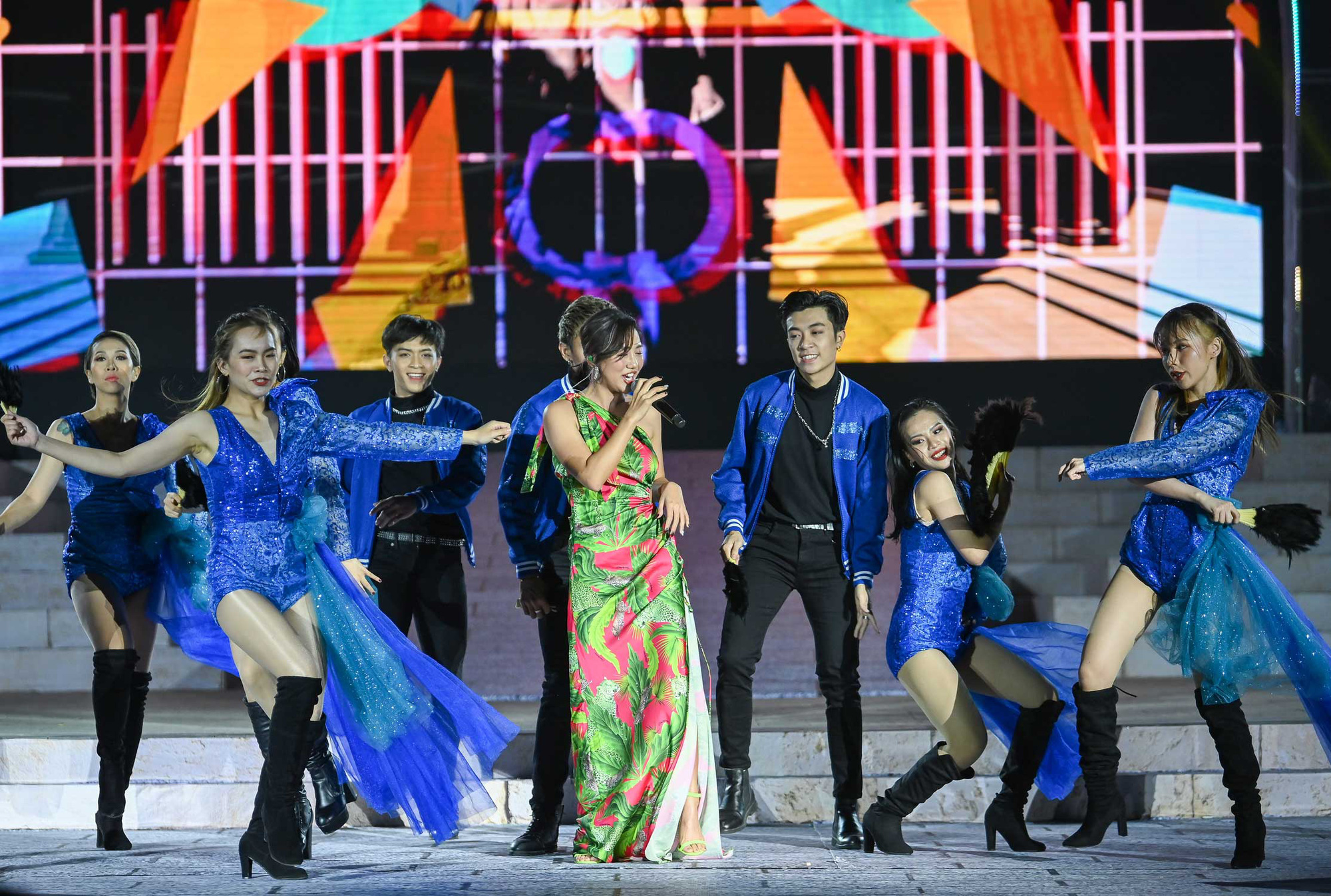 Thu Phương, Soobin Hoàng Sơn, Văn Mai Hương… khiến khán giả đã tai, đã mắt tại Đại nhạc hội New Year Countdown 2021 Nam Phú Quốc - Ảnh 5.