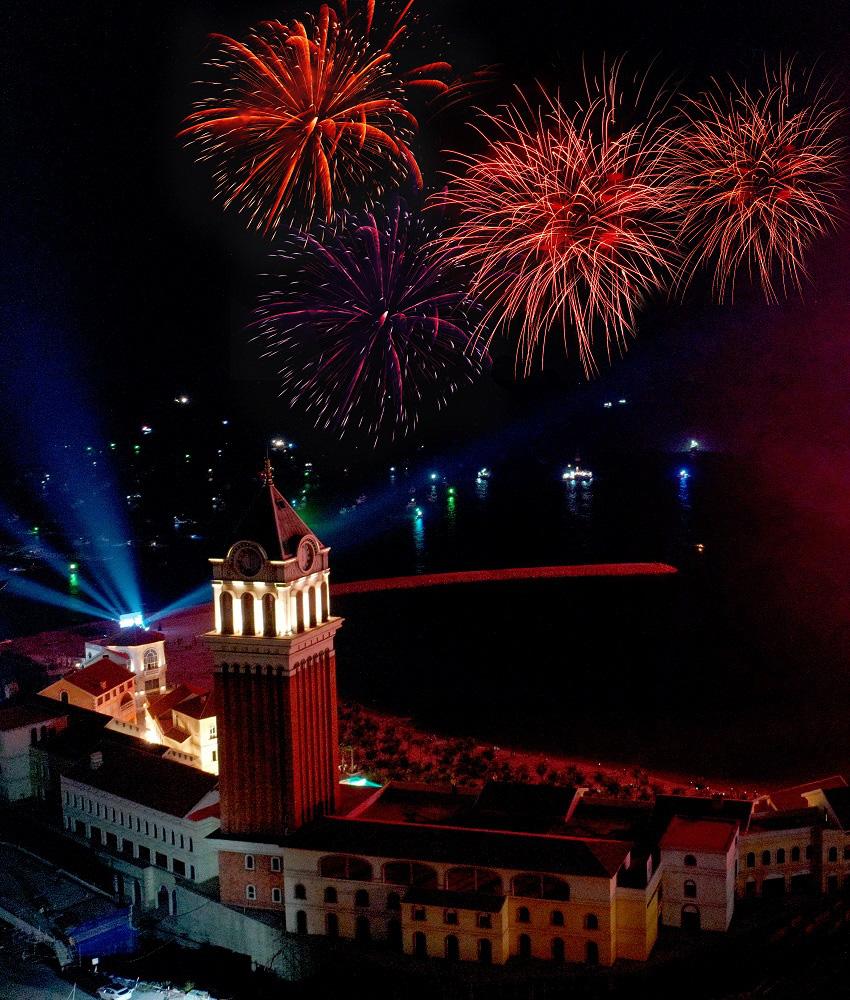 Thu Phương, Soobin Hoàng Sơn, Văn Mai Hương… khiến khán giả đã tai, đã mắt tại Đại nhạc hội New Year Countdown 2021 Nam Phú Quốc - Ảnh 10.