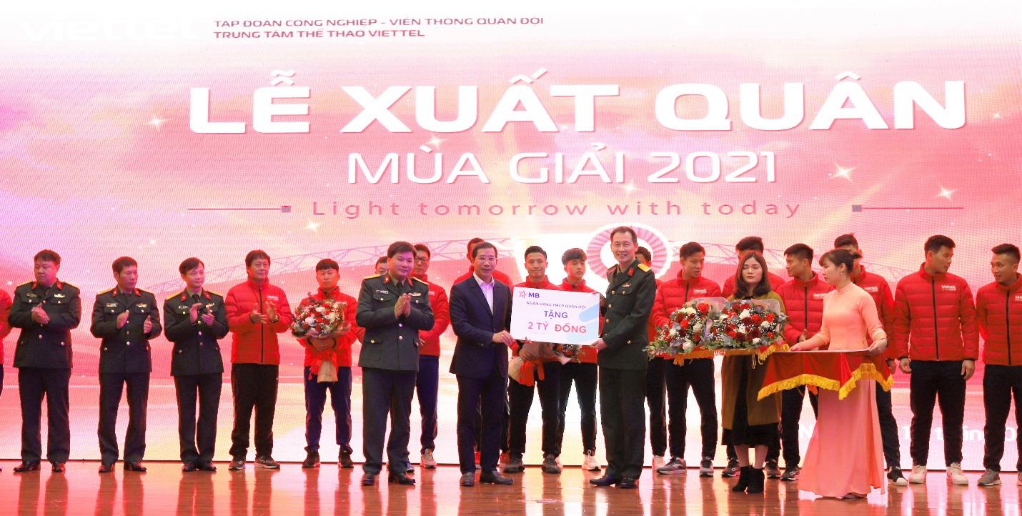 MB trao thưởng CLB bóng đá Viettel 2 tỷ đồng sau chức vô địch V.League 2020 - Ảnh 1.