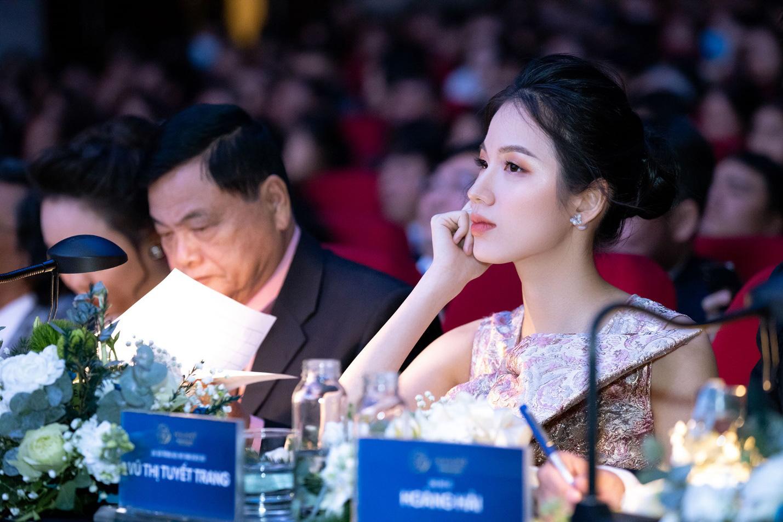 Cận cảnh vương miện Hoa khôi Sinh viên Việt Nam vừa được trao: Vàng hồng 10k và ngọc trai quý giá - Ảnh 4.
