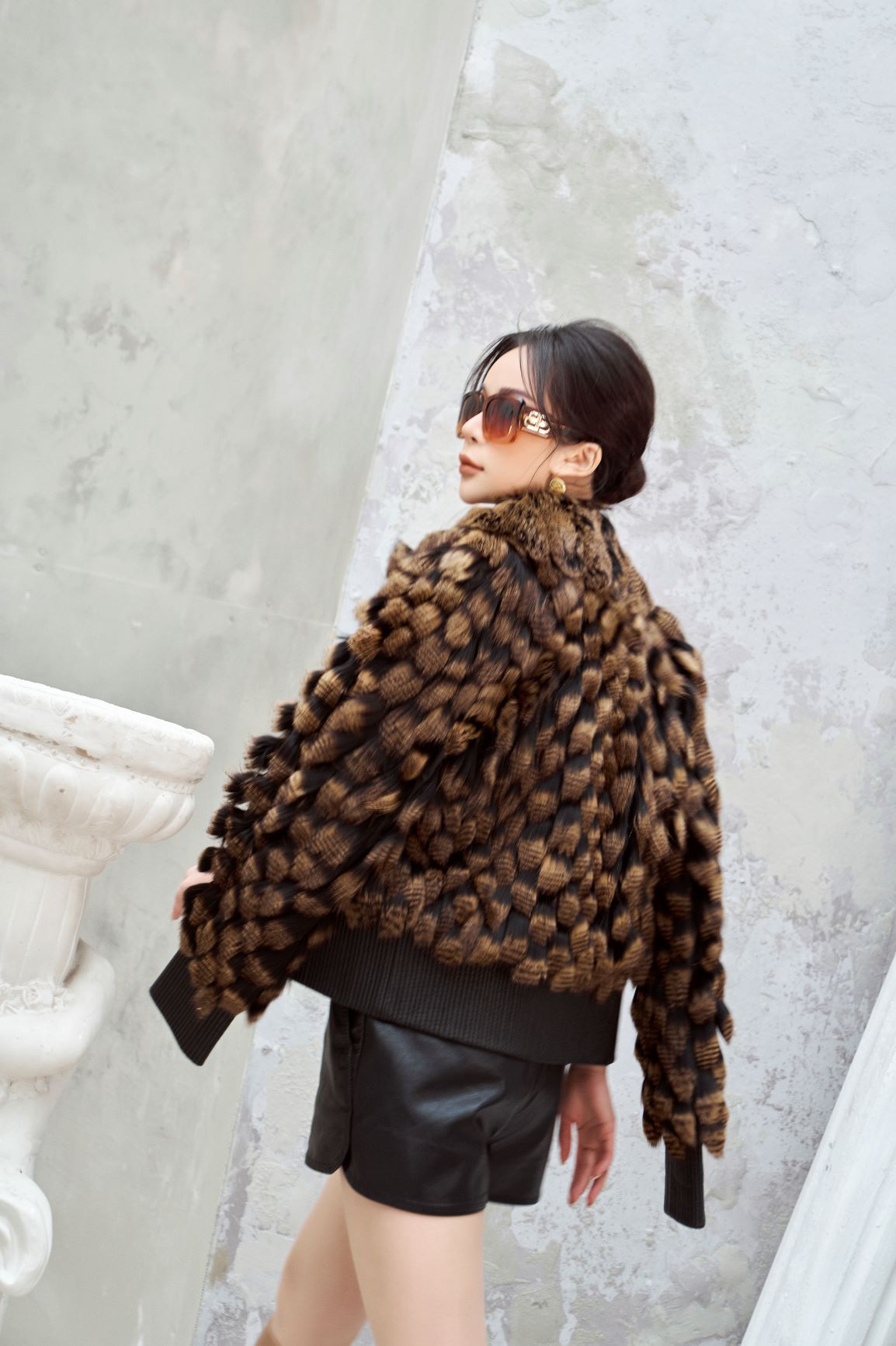 """""""Tuyển tập"""" những mẫu áo khoác lông hiện đang làm mưa làm gió mùa lễ hội 2021 - Ảnh 1."""