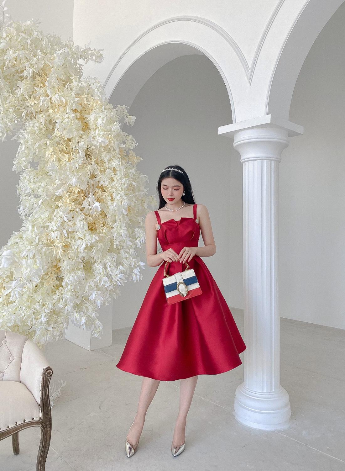 Gợi ý 8 mẫu váy đỏ đẹp cực phẩm, biến nàng trở thành tiêu điểm từ tiệc tất niên cho tới buổi du xuân đầu năm - Ảnh 2.