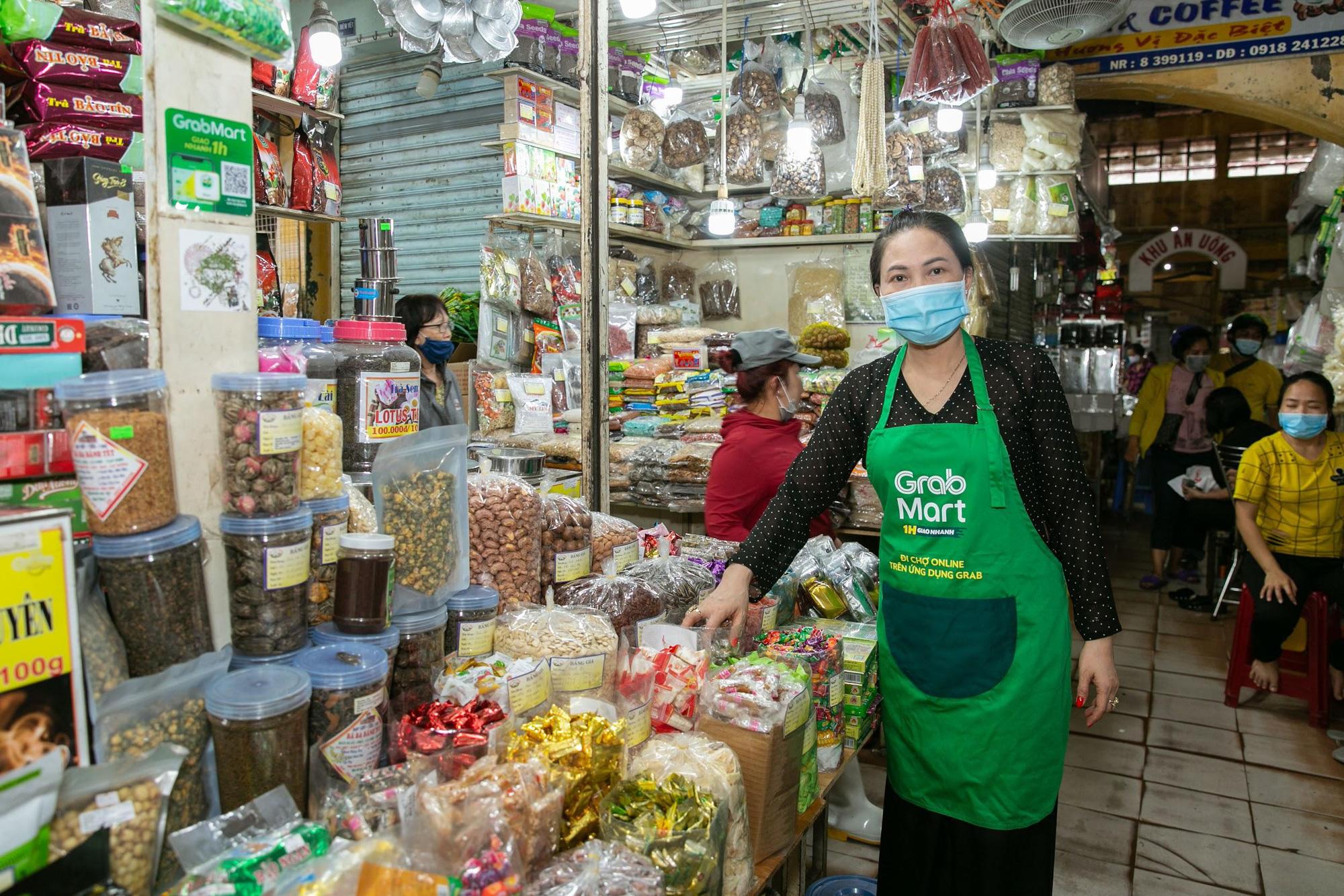 Mùa Covid-19, cô ba chú bảy chợ Bến Thành rủ nhau mở sạp online - Ảnh 2.