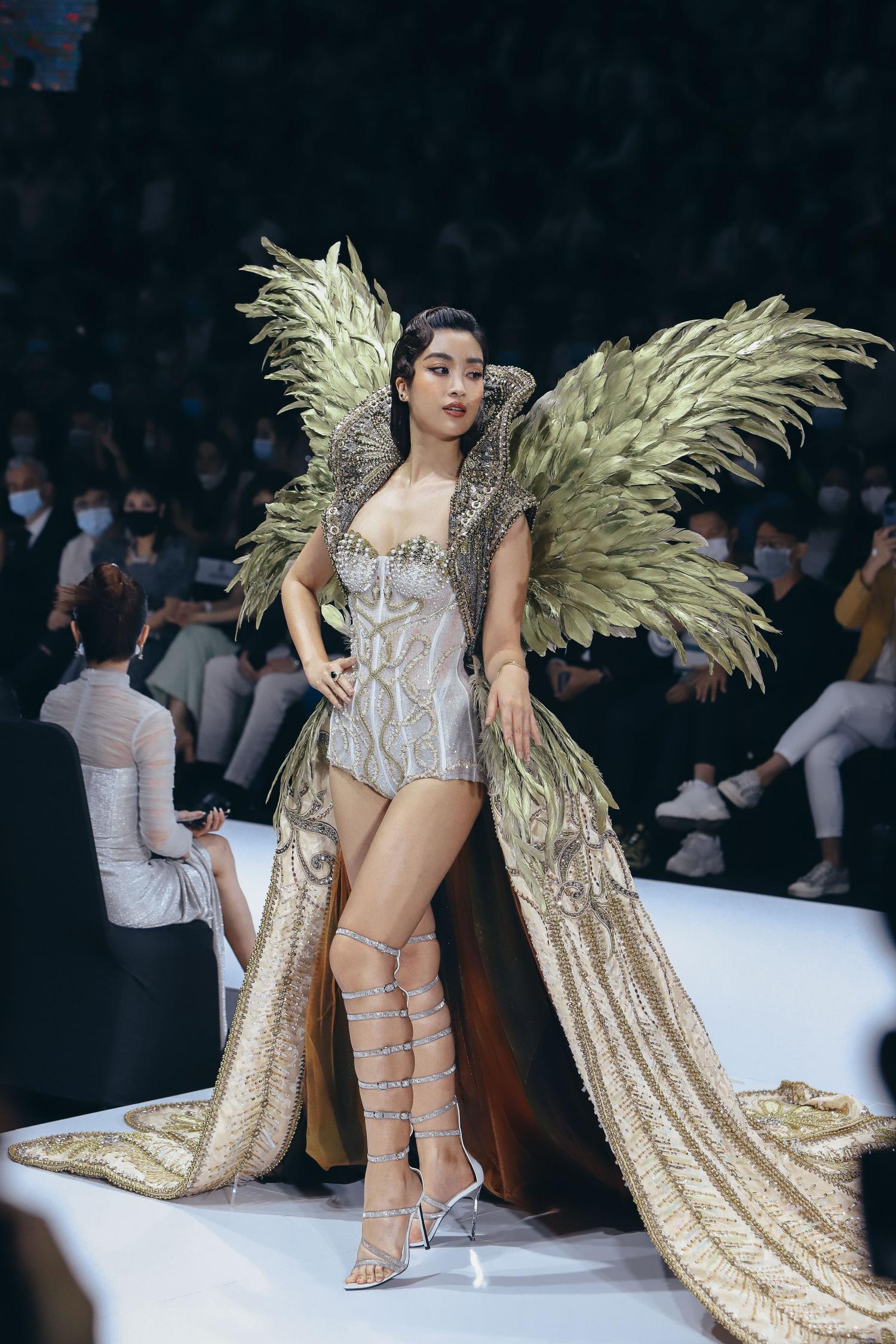 """Những xu hướng giày cao gót """"làm mưa làm gió"""" trên sàn diễn thời trang Việt cuối năm 2020 - Ảnh 1."""