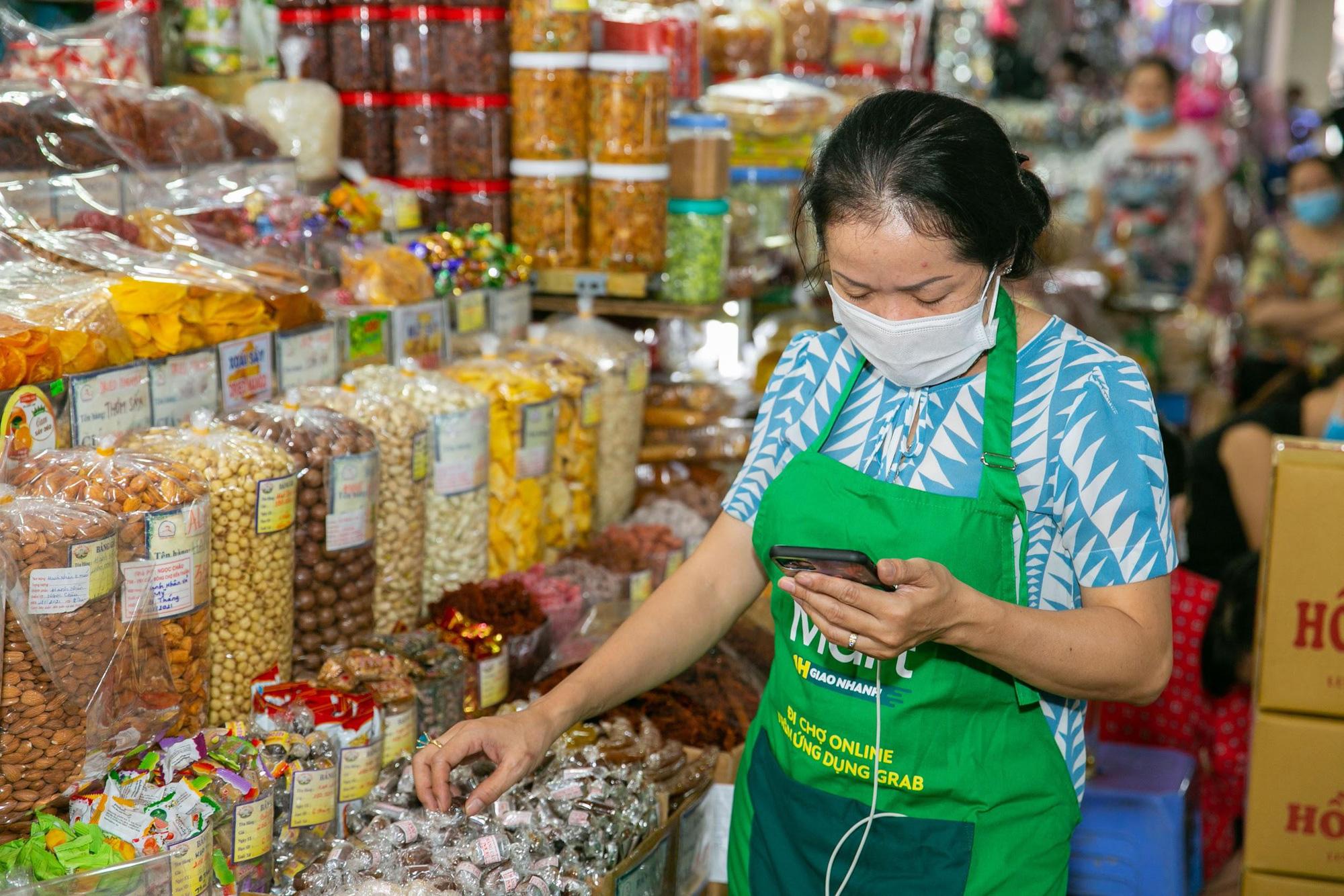 Mùa Covid-19, cô ba chú bảy chợ Bến Thành rủ nhau mở sạp online - Ảnh 3.