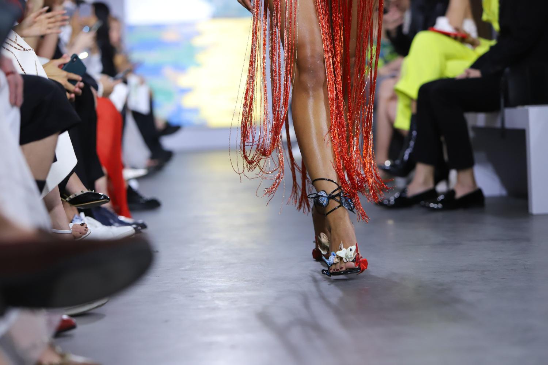"""Những xu hướng giày cao gót """"làm mưa làm gió"""" trên sàn diễn thời trang Việt cuối năm 2020 - Ảnh 3."""