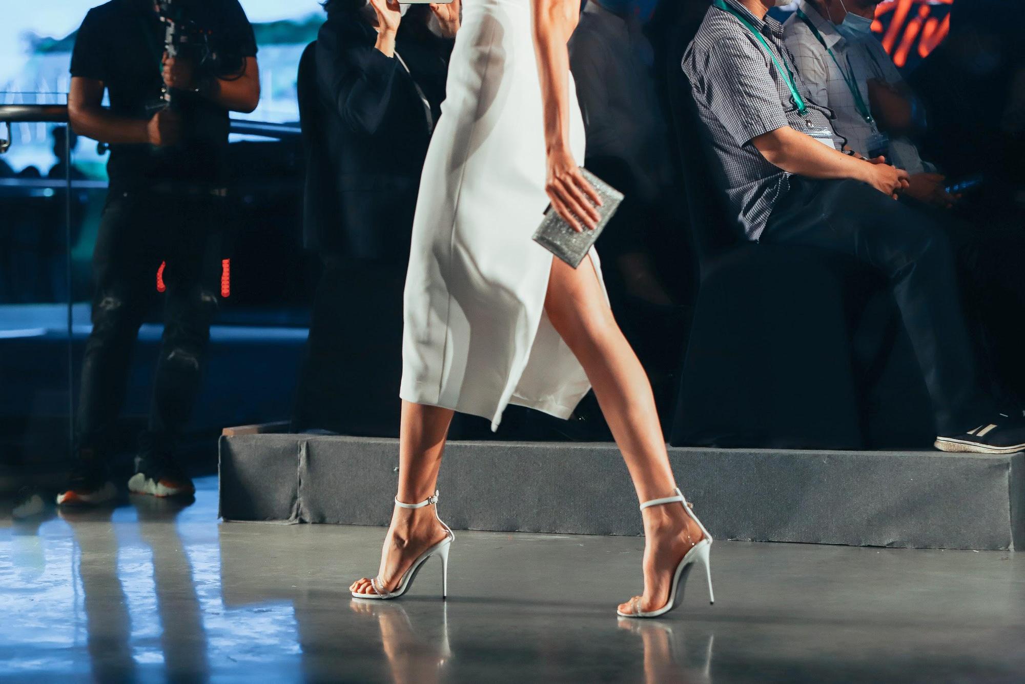 """Những xu hướng giày cao gót """"làm mưa làm gió"""" trên sàn diễn thời trang Việt cuối năm 2020 - Ảnh 6."""