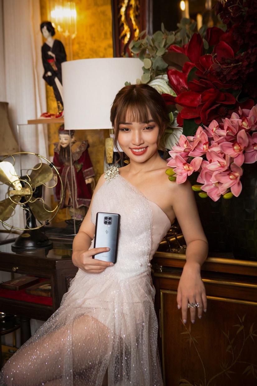 Hoa Nhật Huỳnh tung bộ ảnh sexy khác lạ trước thềm năm mới - Ảnh 3.
