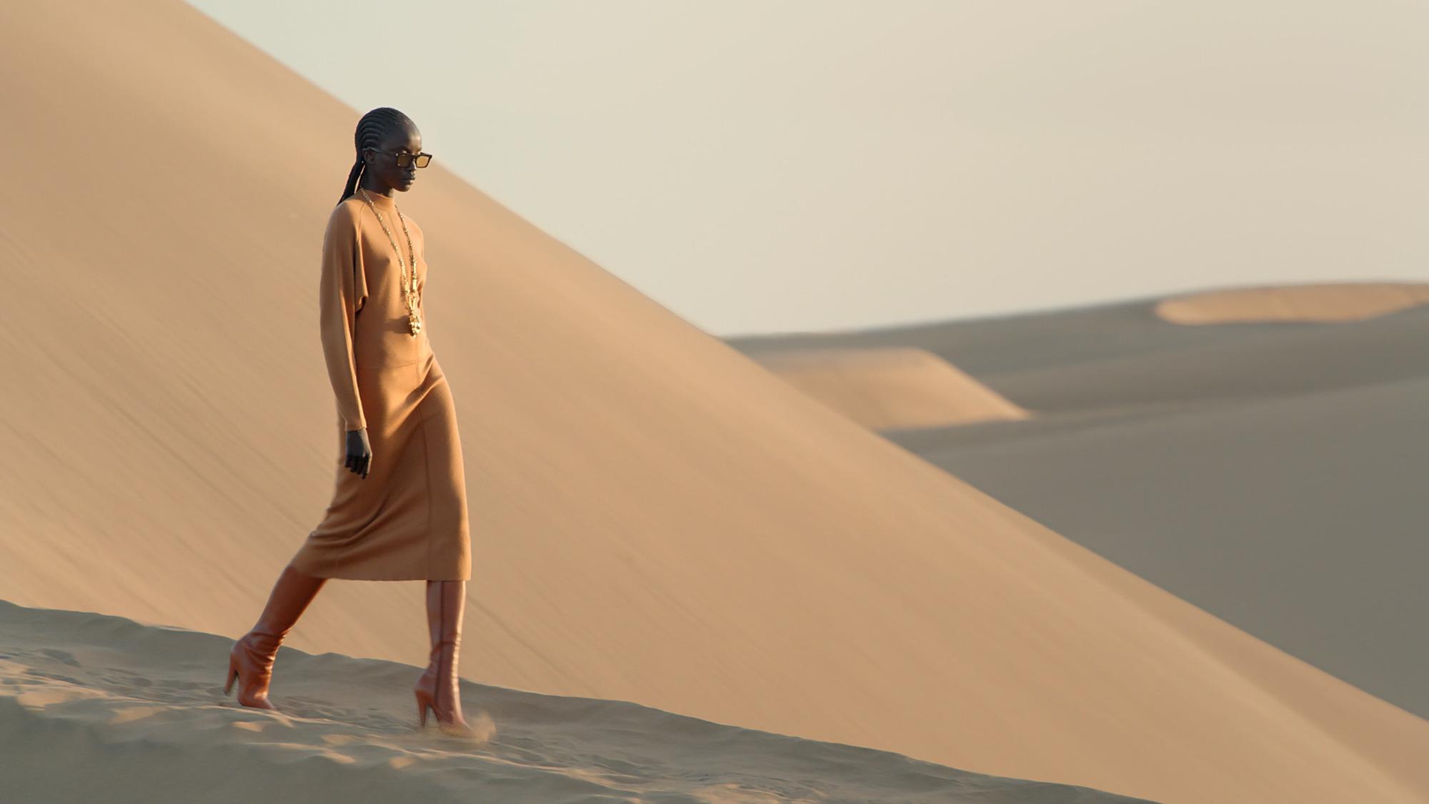 Saint Laurent Xuân Hè 2021: Từ thinh không, những nàng thơ xứ cát - Ảnh 2.