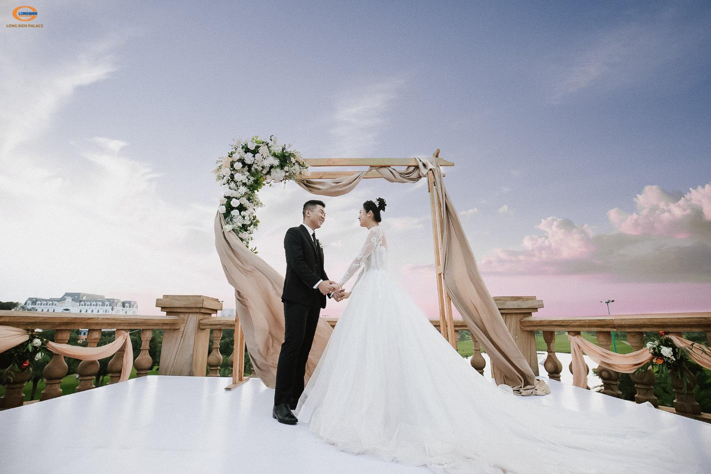 Tiệc cưới thơ mộng như ở trời Tây giữa lòng Hà Nội - Ảnh 1.
