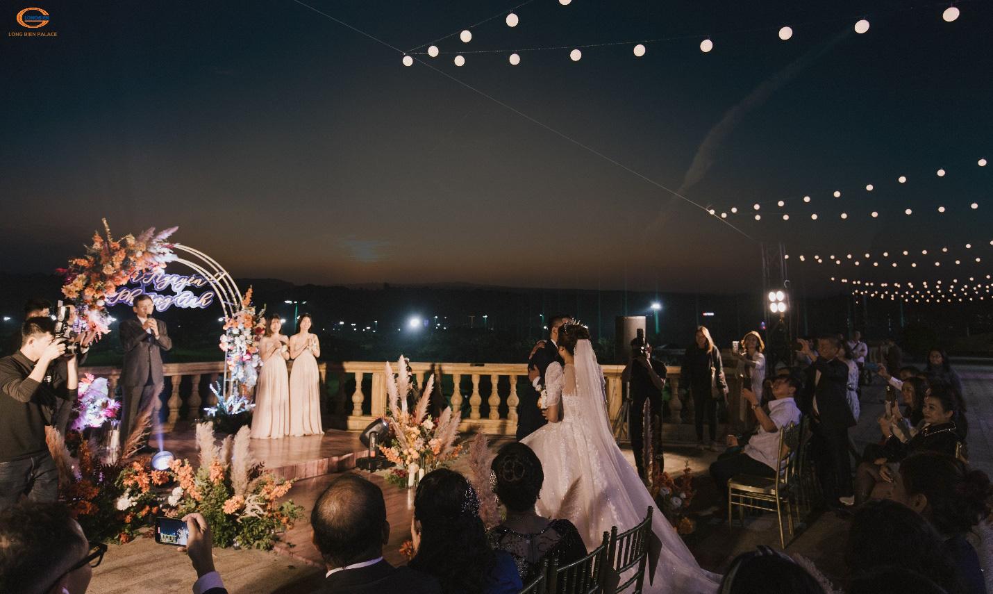 Tiệc cưới thơ mộng như ở trời Tây giữa lòng Hà Nội - Ảnh 3.