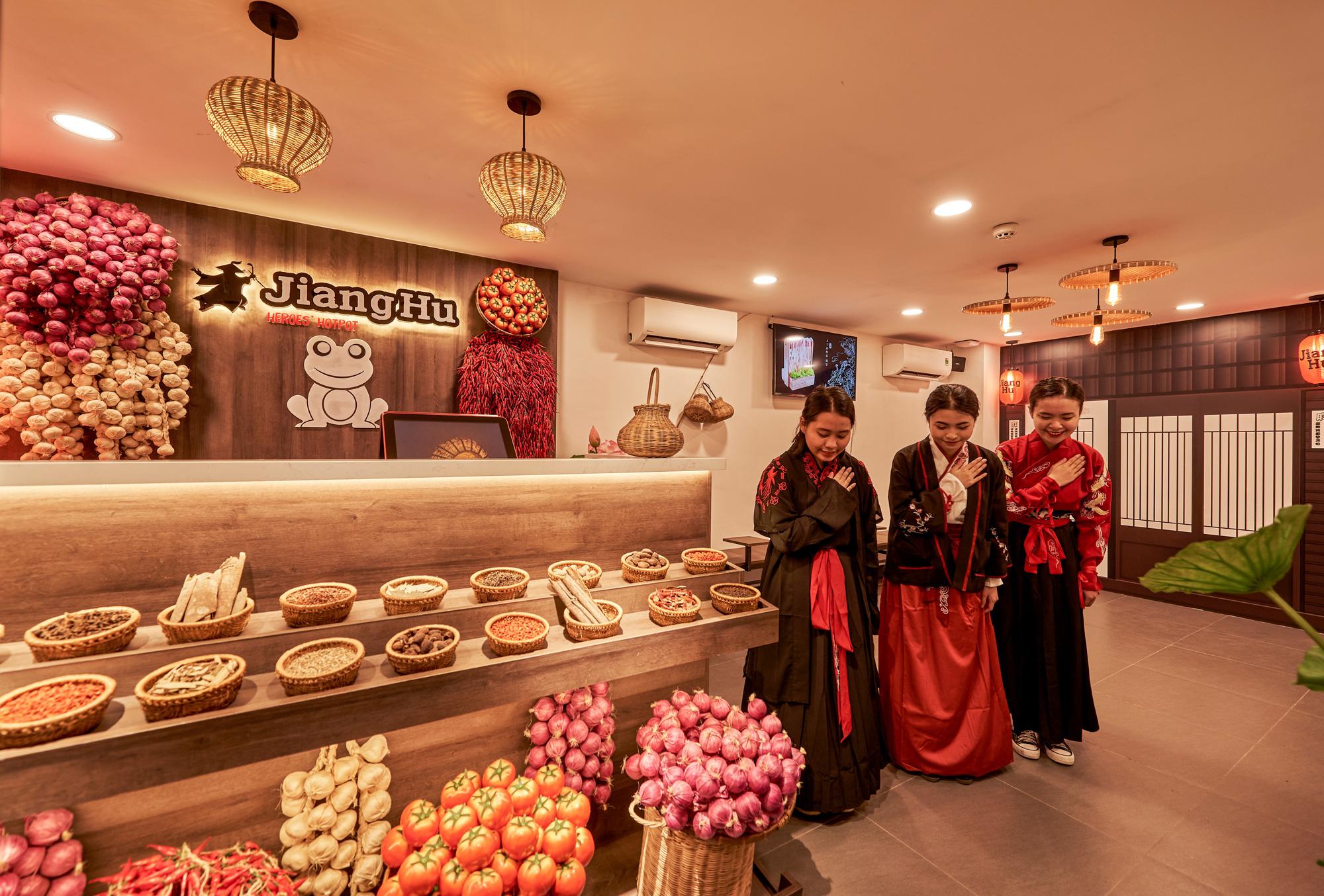 """Hé lộ không gian cổ trang """"hội ngộ kỳ tài"""" và thưởng thức """"buffet lẩu ếch"""" Jiang Hu mới lạ tại Sài thành - Ảnh 1."""