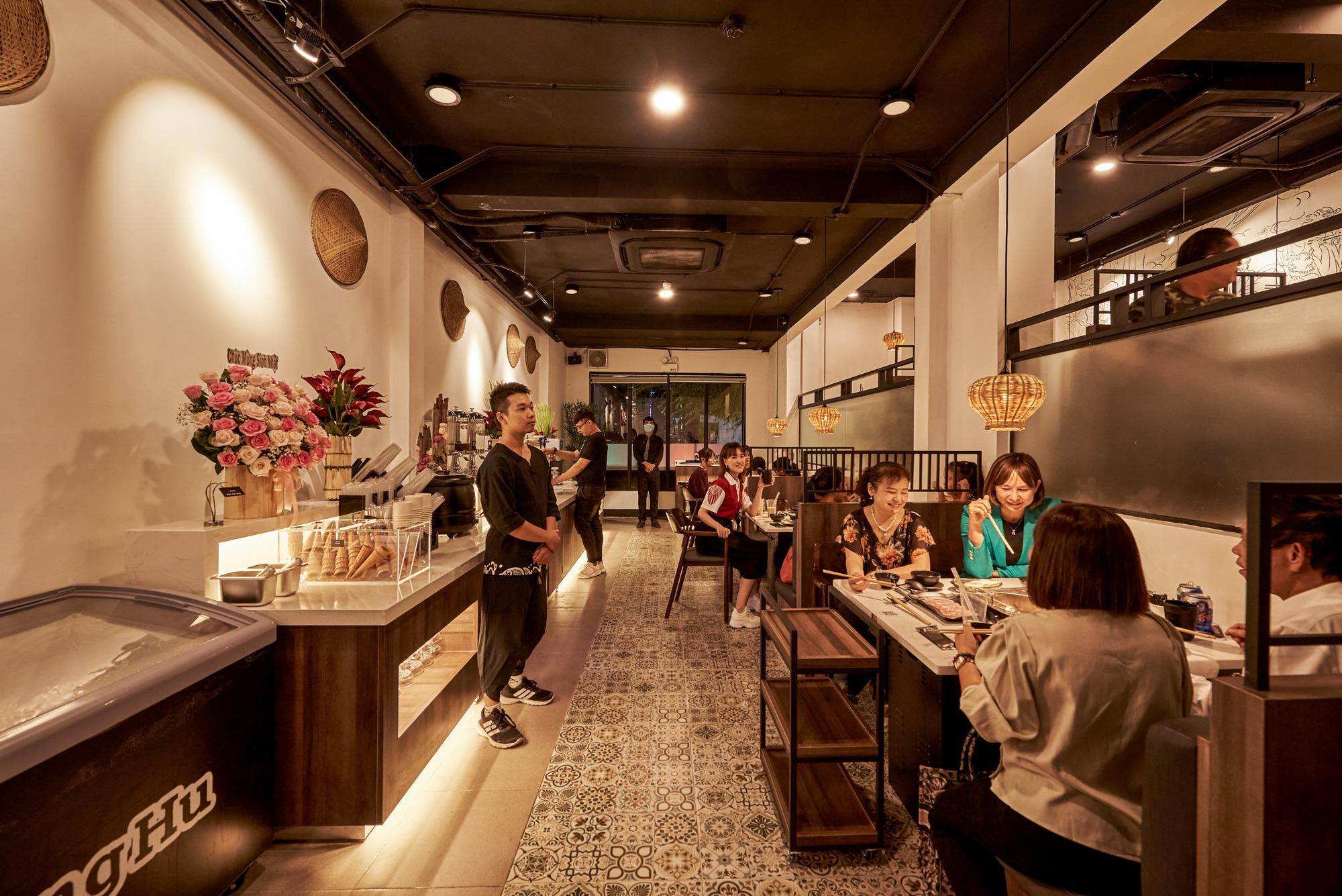 """Hé lộ không gian cổ trang """"hội ngộ kỳ tài"""" và thưởng thức """"buffet lẩu ếch"""" Jiang Hu mới lạ tại Sài thành - Ảnh 3."""