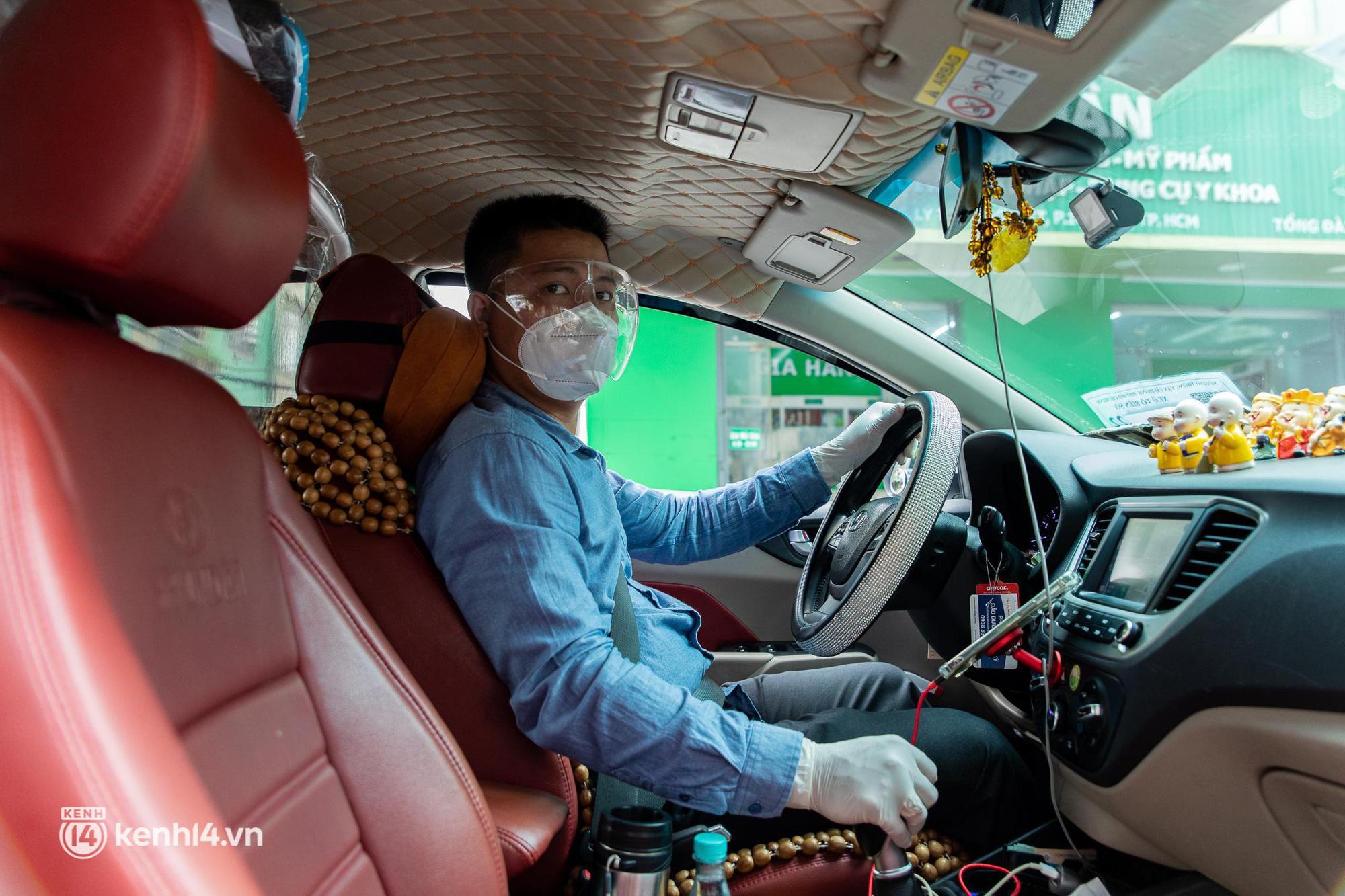 Sài Gòn nới lỏng giãn cách xã hội, bác tài phấn khởi ngày hoạt động trở lại với dịch vụ GrabCar Protect - Ảnh 1.
