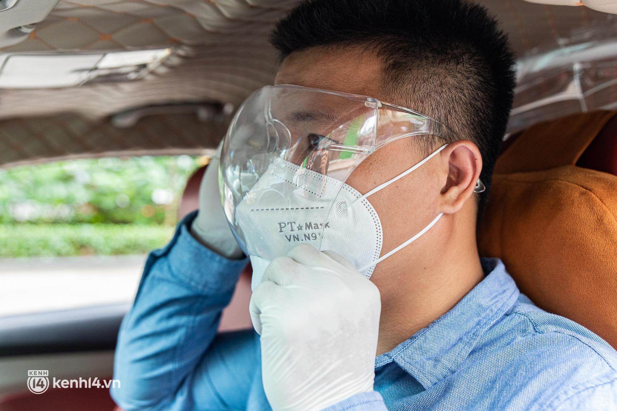 Sài Gòn nới lỏng giãn cách xã hội, bác tài phấn khởi ngày hoạt động trở lại với dịch vụ GrabCar Protect - Ảnh 2.