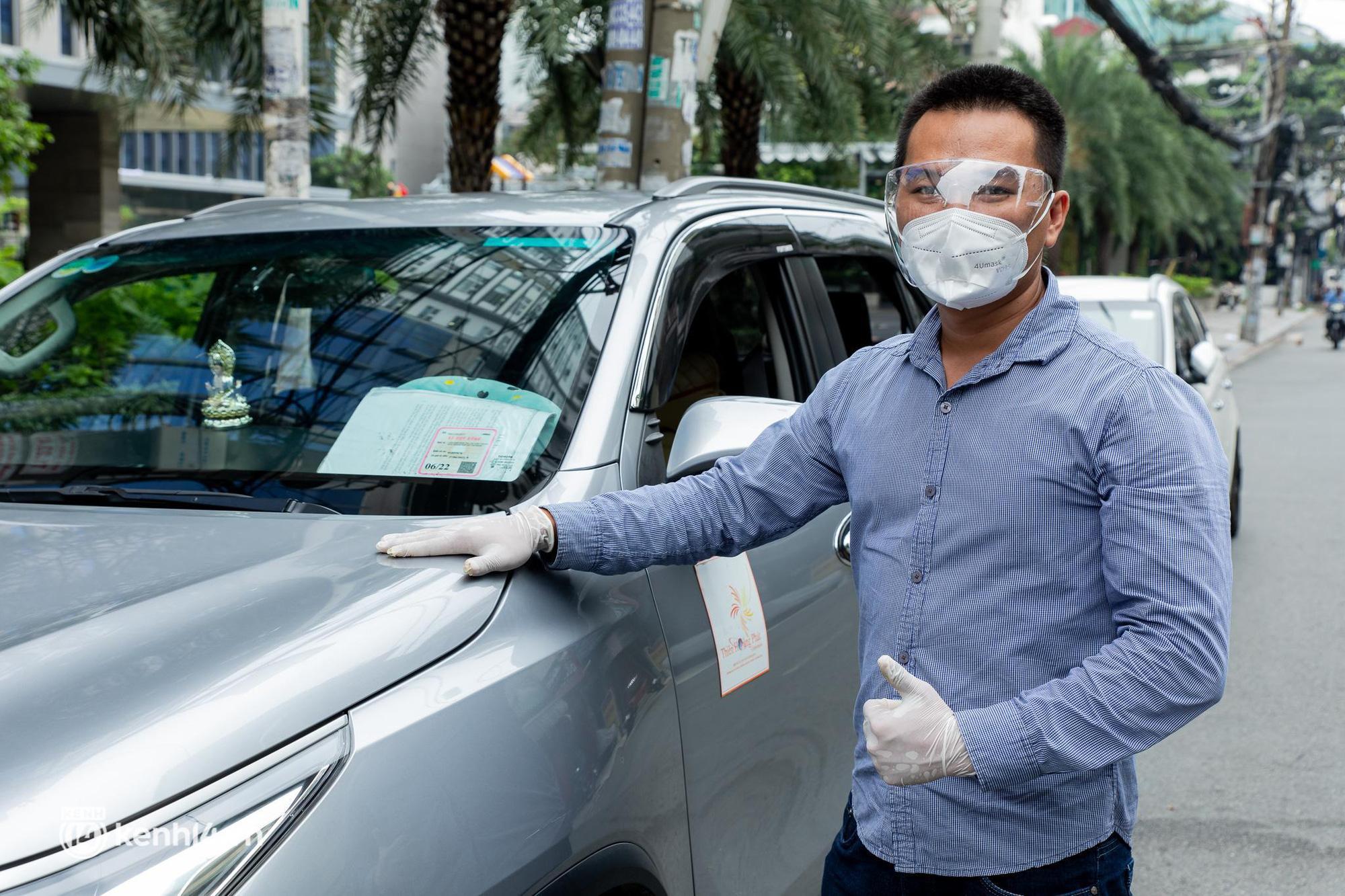 Sài Gòn nới lỏng giãn cách xã hội, bác tài phấn khởi ngày hoạt động trở lại với dịch vụ GrabCar Protect - Ảnh 3.