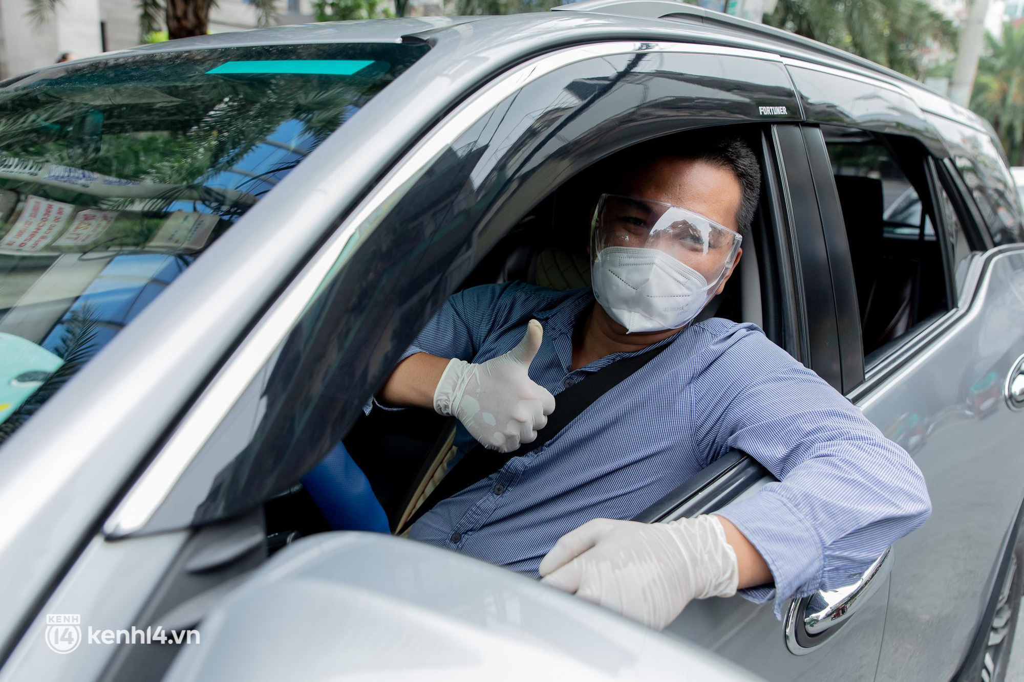 Sài Gòn nới lỏng giãn cách xã hội, bác tài phấn khởi ngày hoạt động trở lại với dịch vụ GrabCar Protect - Ảnh 4.