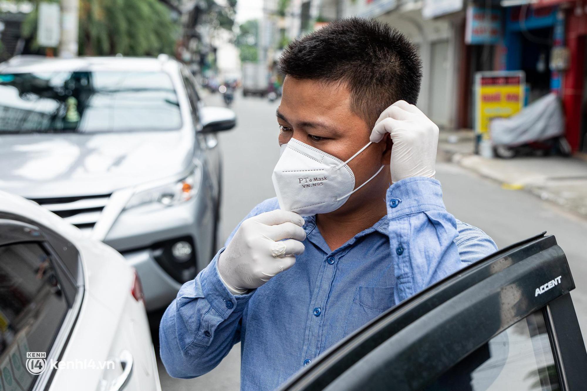 Sài Gòn nới lỏng giãn cách xã hội, bác tài phấn khởi ngày hoạt động trở lại với dịch vụ GrabCar Protect - Ảnh 6.