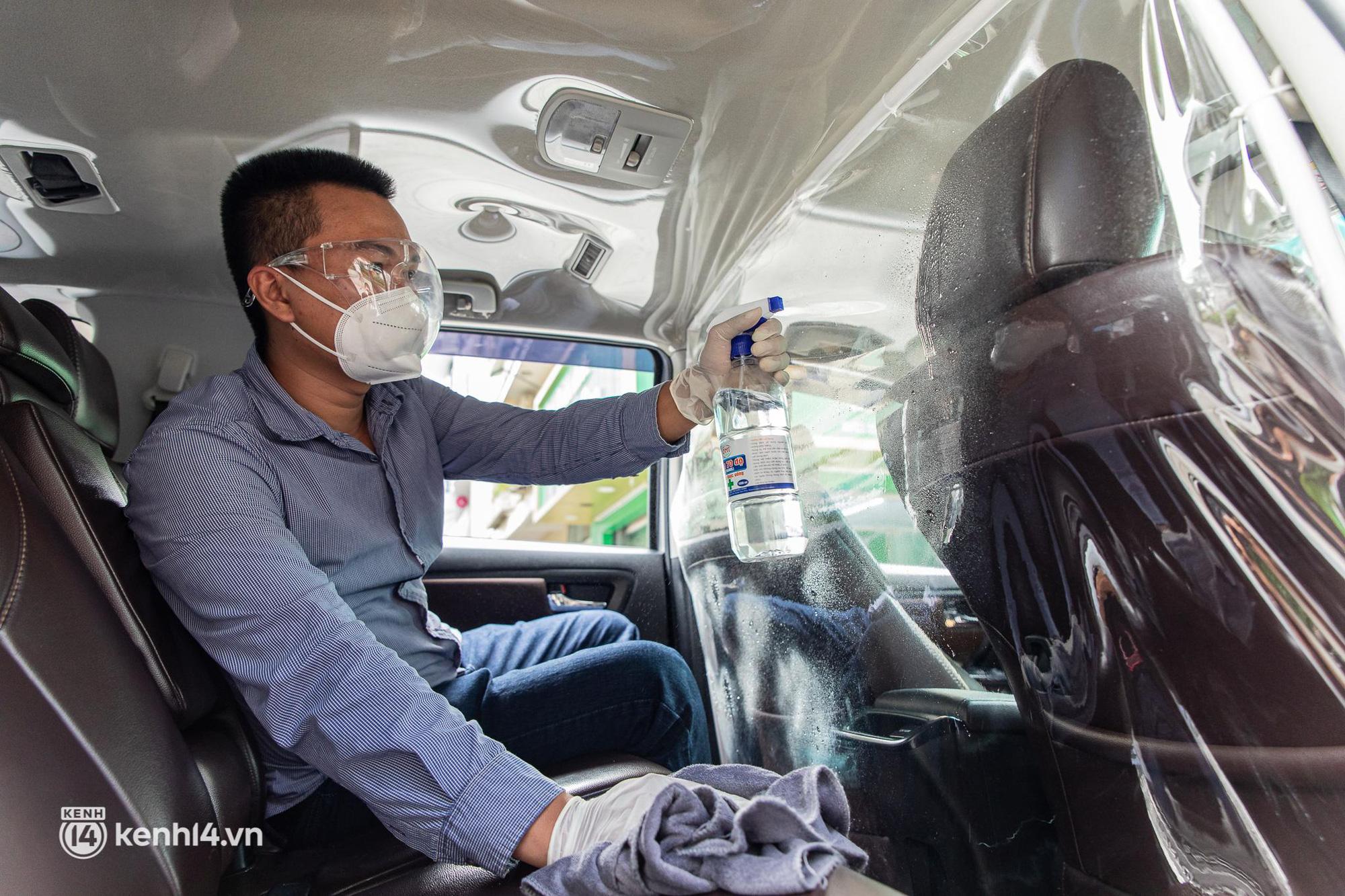 Sài Gòn nới lỏng giãn cách xã hội, bác tài phấn khởi ngày hoạt động trở lại với dịch vụ GrabCar Protect - Ảnh 7.