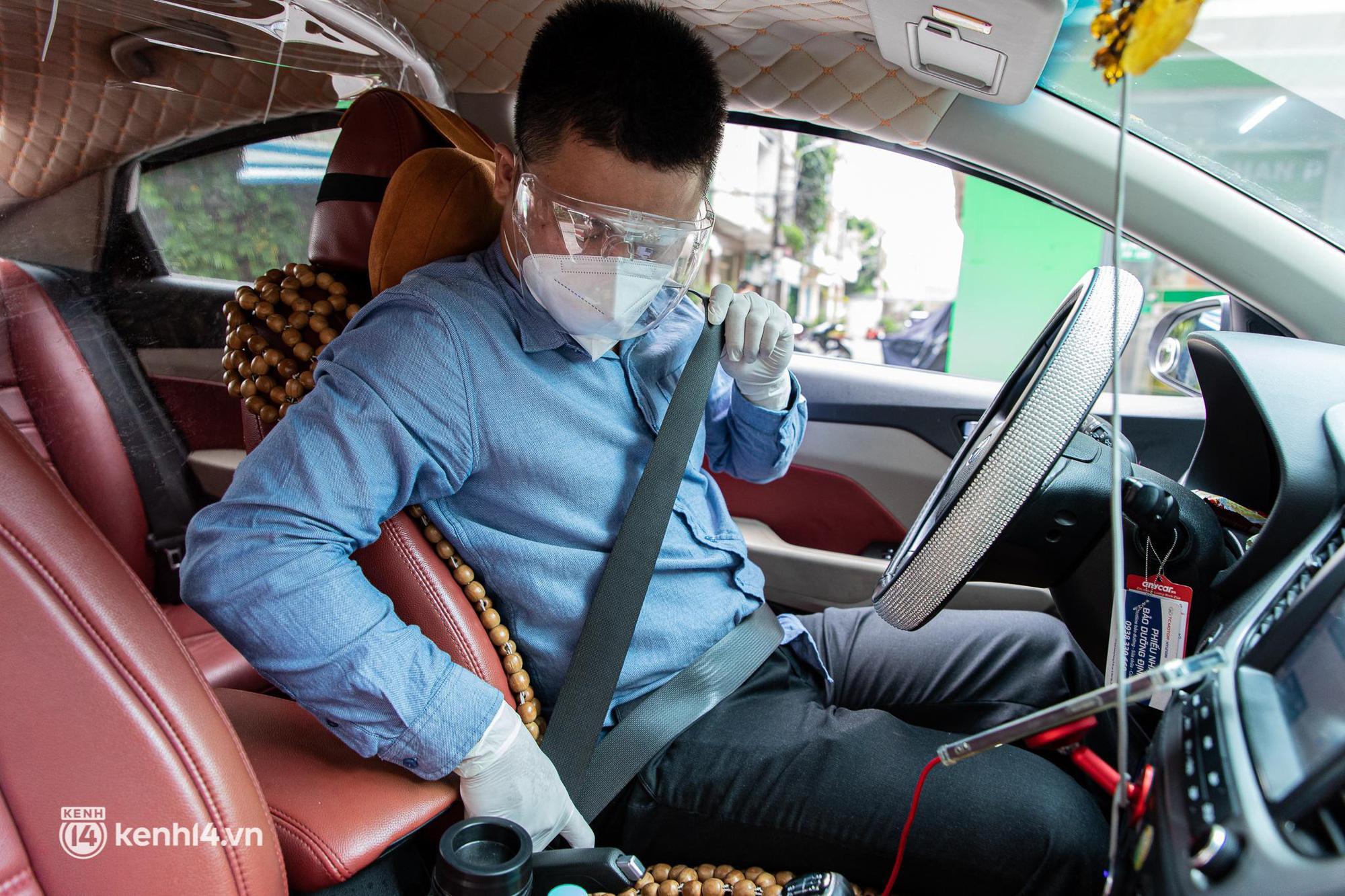 Sài Gòn nới lỏng giãn cách xã hội, bác tài phấn khởi ngày hoạt động trở lại với dịch vụ GrabCar Protect - Ảnh 10.