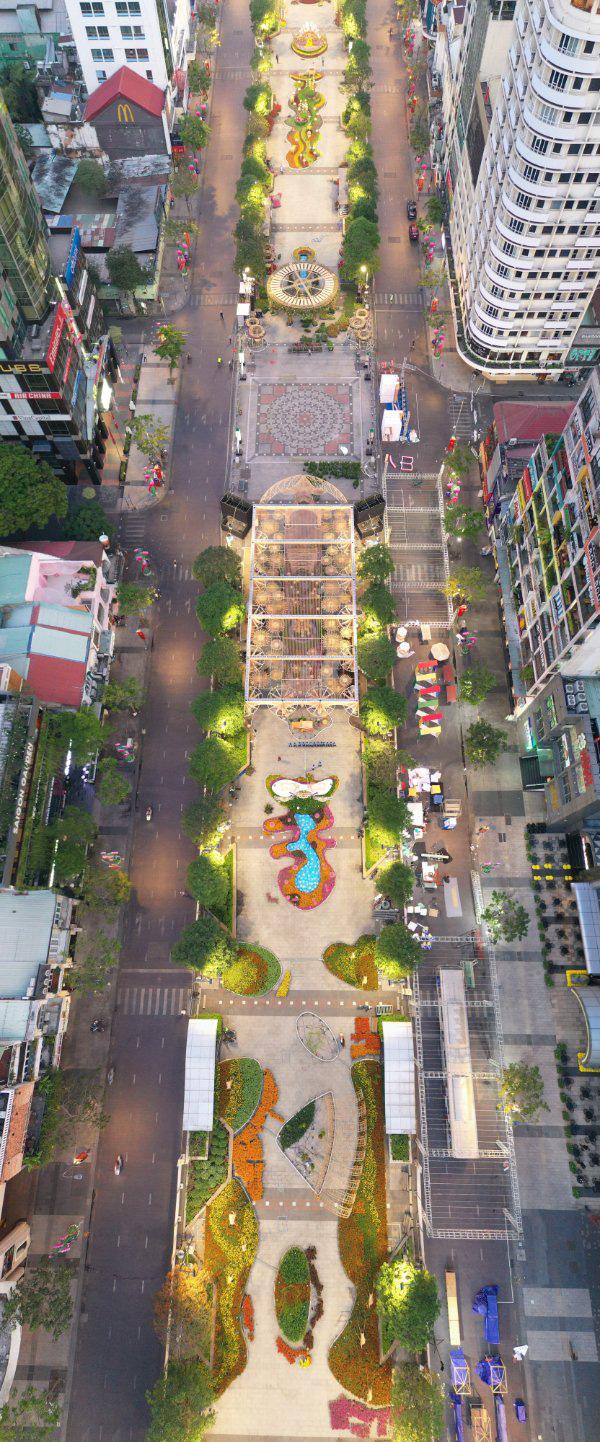Đường hoa Nguyễn Huệ nhận cơn mưa lời khen với lối thiết kế độc đáo - Ảnh 1.