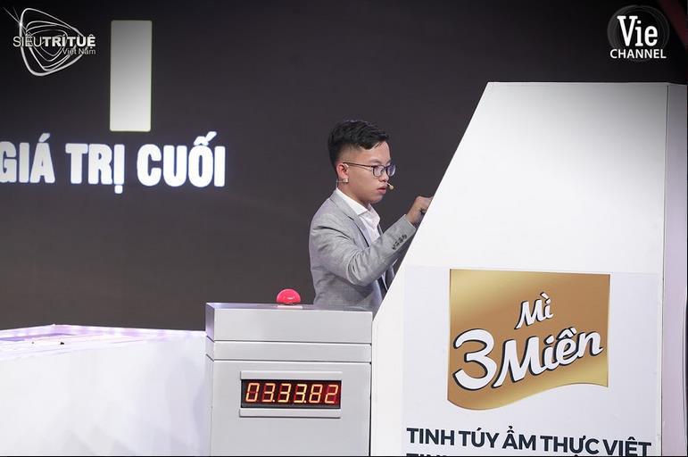 """Màn đấu trí ngạt thở nhất Siêu Trí Tuệ Việt Nam: 3 chàng trai """"con nhà người ta"""" này được xướng tên cho giải thưởng vinh danh 300 triệu đồng - Ảnh 1."""