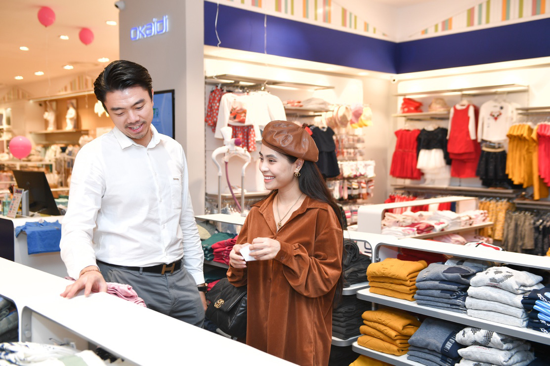 Gia đình ca nương Kiều Anh, doanh nhân Hà Linh sắm sửa cho bé yêu với trang phục đến từ nước Pháp - Ảnh 4.