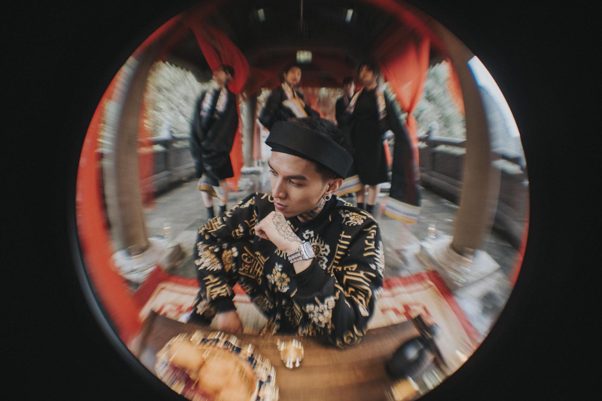 Bình Gold, LOCOBoiz khuấy đảo cộng đồng rap Việt khi mặc cổ phục, độ xe rồng trong MV rap ca trù mới - Ảnh 1.