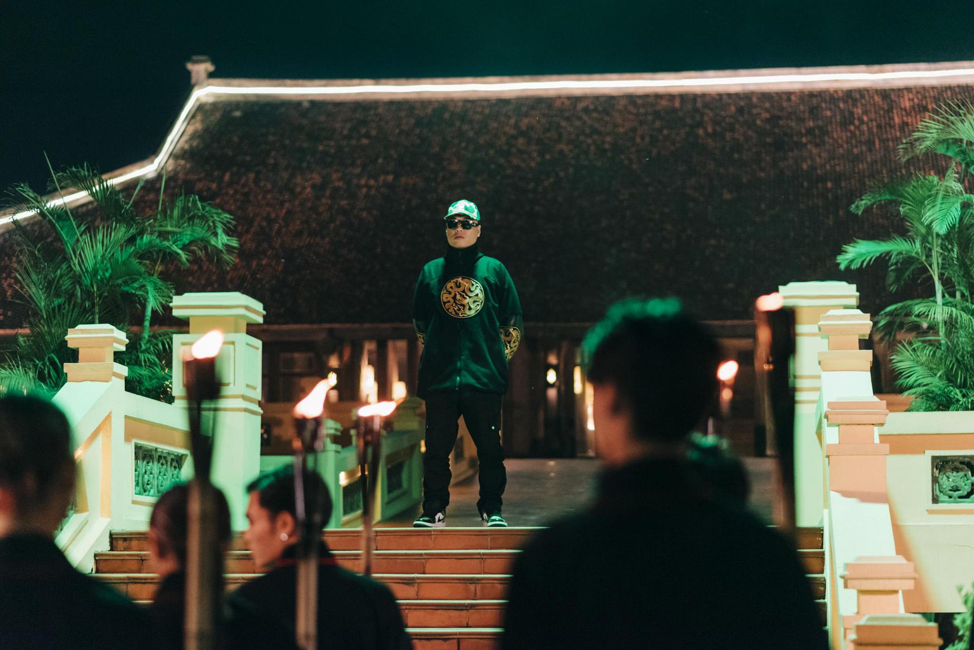 Bình Gold, LOCOBoiz khuấy đảo cộng đồng rap Việt khi mặc cổ phục, độ xe rồng trong MV rap ca trù mới - Ảnh 3.