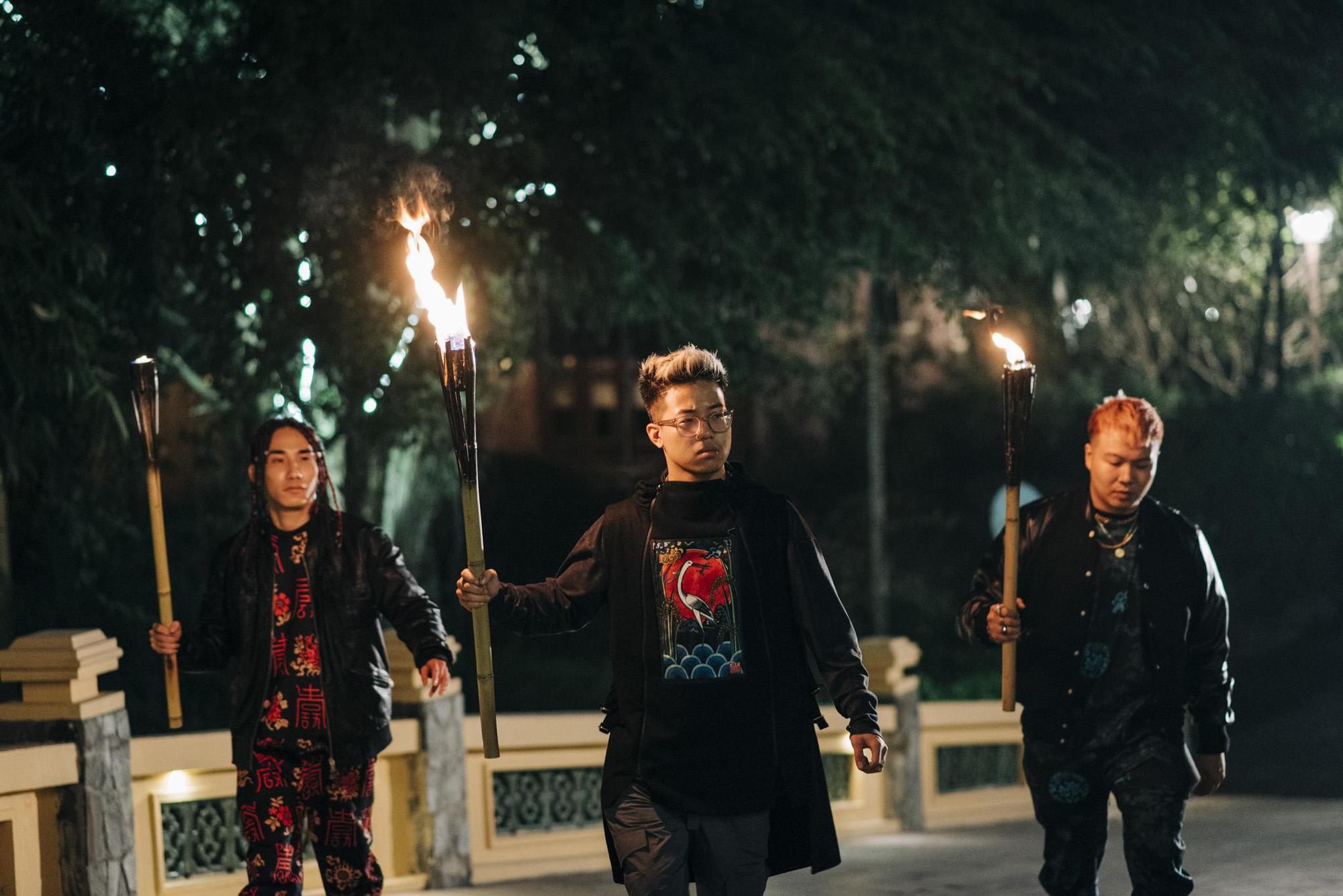 Bình Gold, LOCOBoiz khuấy đảo cộng đồng rap Việt khi mặc cổ phục, độ xe rồng trong MV rap ca trù mới - Ảnh 4.