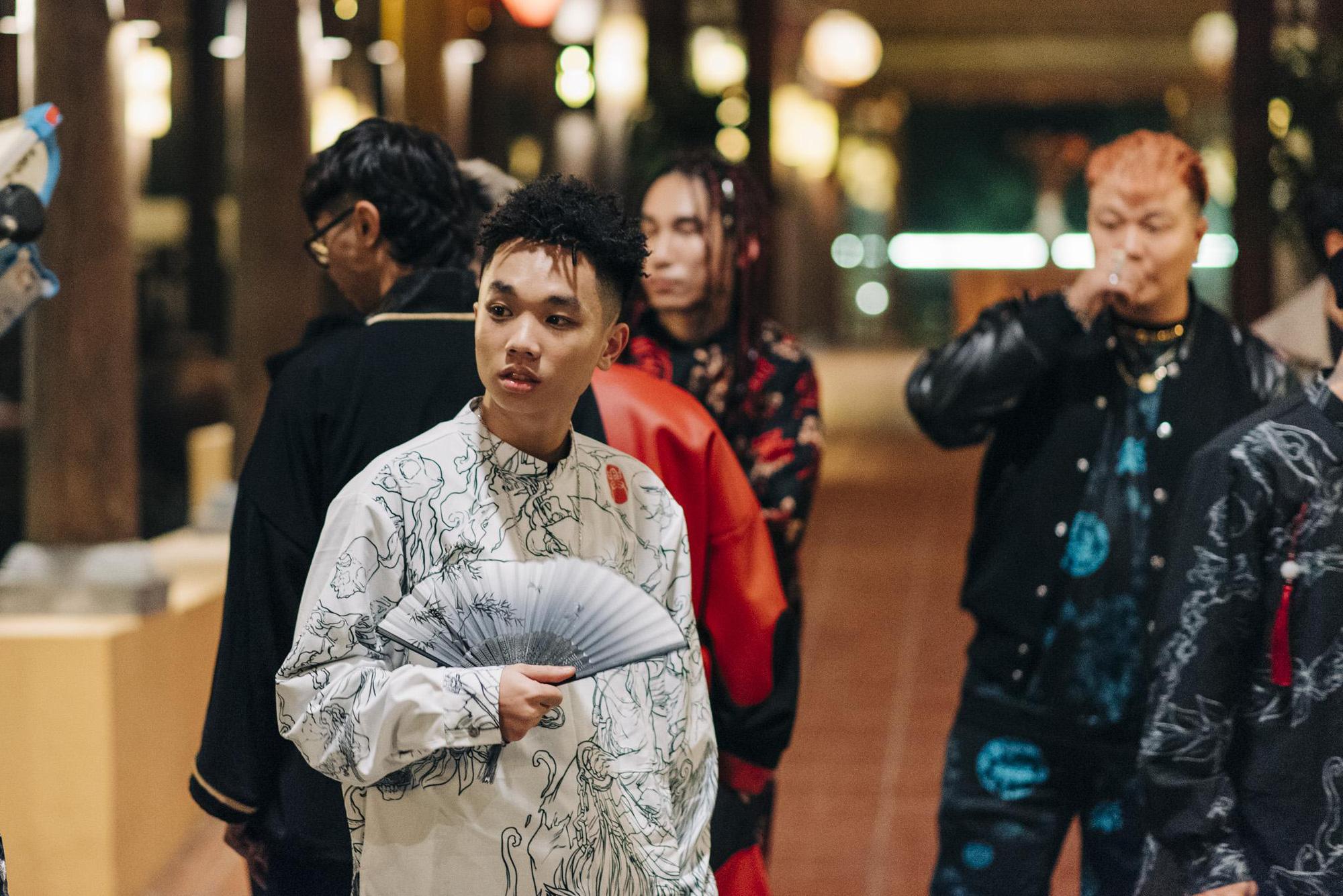 Bình Gold, LOCOBoiz khuấy đảo cộng đồng rap Việt khi mặc cổ phục, độ xe rồng trong MV rap ca trù mới - Ảnh 5.