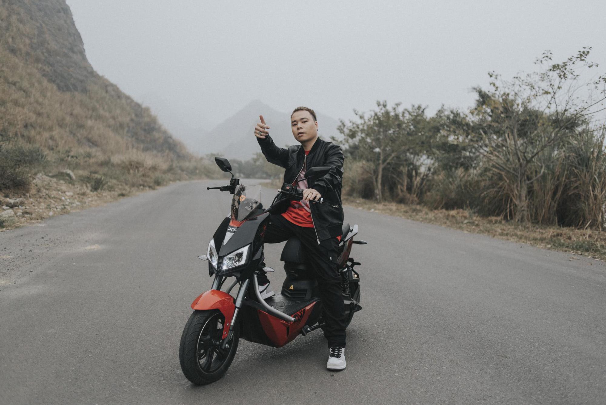 Bình Gold, LOCOBoiz khuấy đảo cộng đồng rap Việt khi mặc cổ phục, độ xe rồng trong MV rap ca trù mới - Ảnh 6.