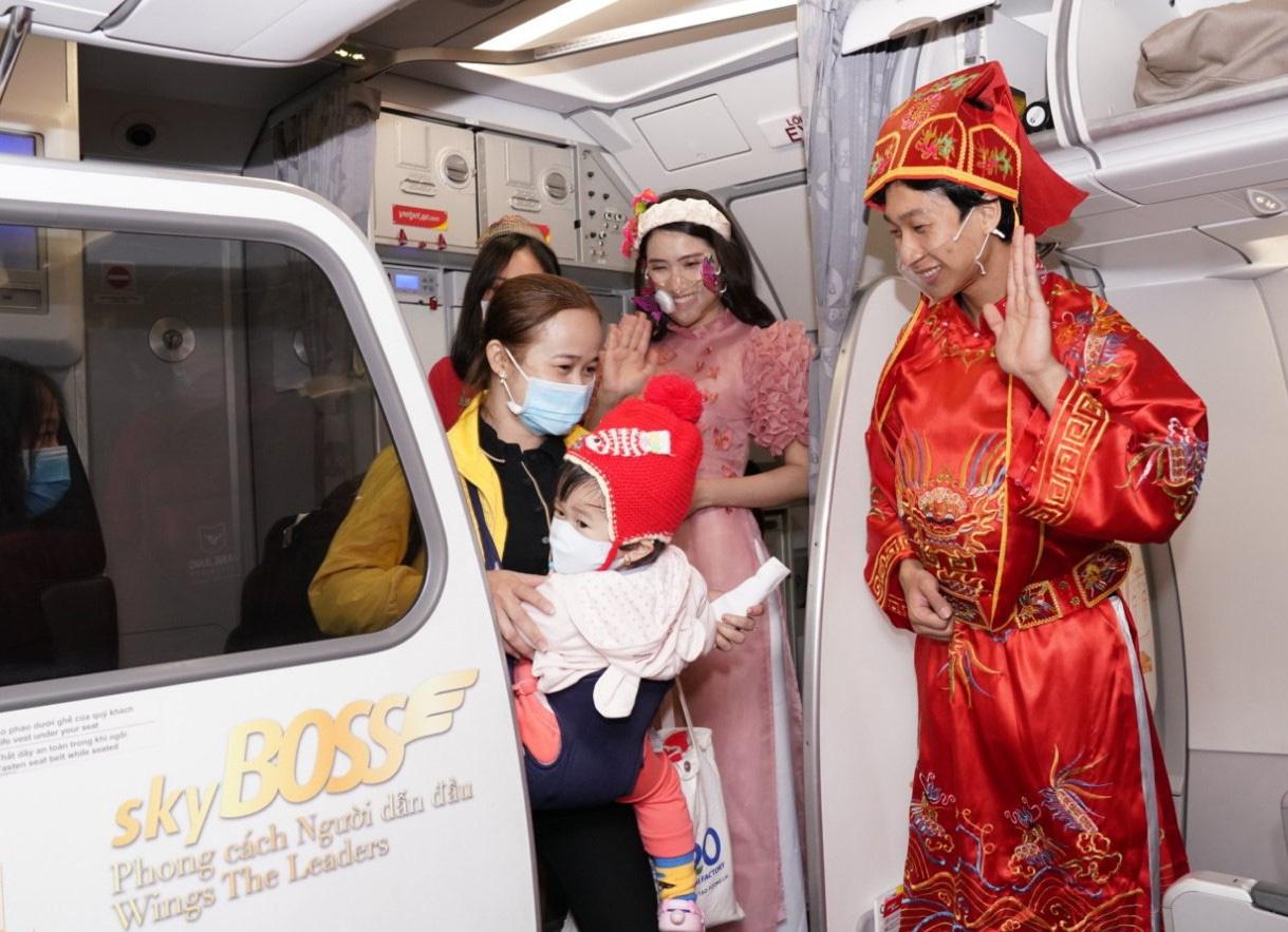Điều bất ngờ Vietjet dành tặng khách hàng chọn bay an toàn ngày 23 tháng Chạp - Ảnh 1.