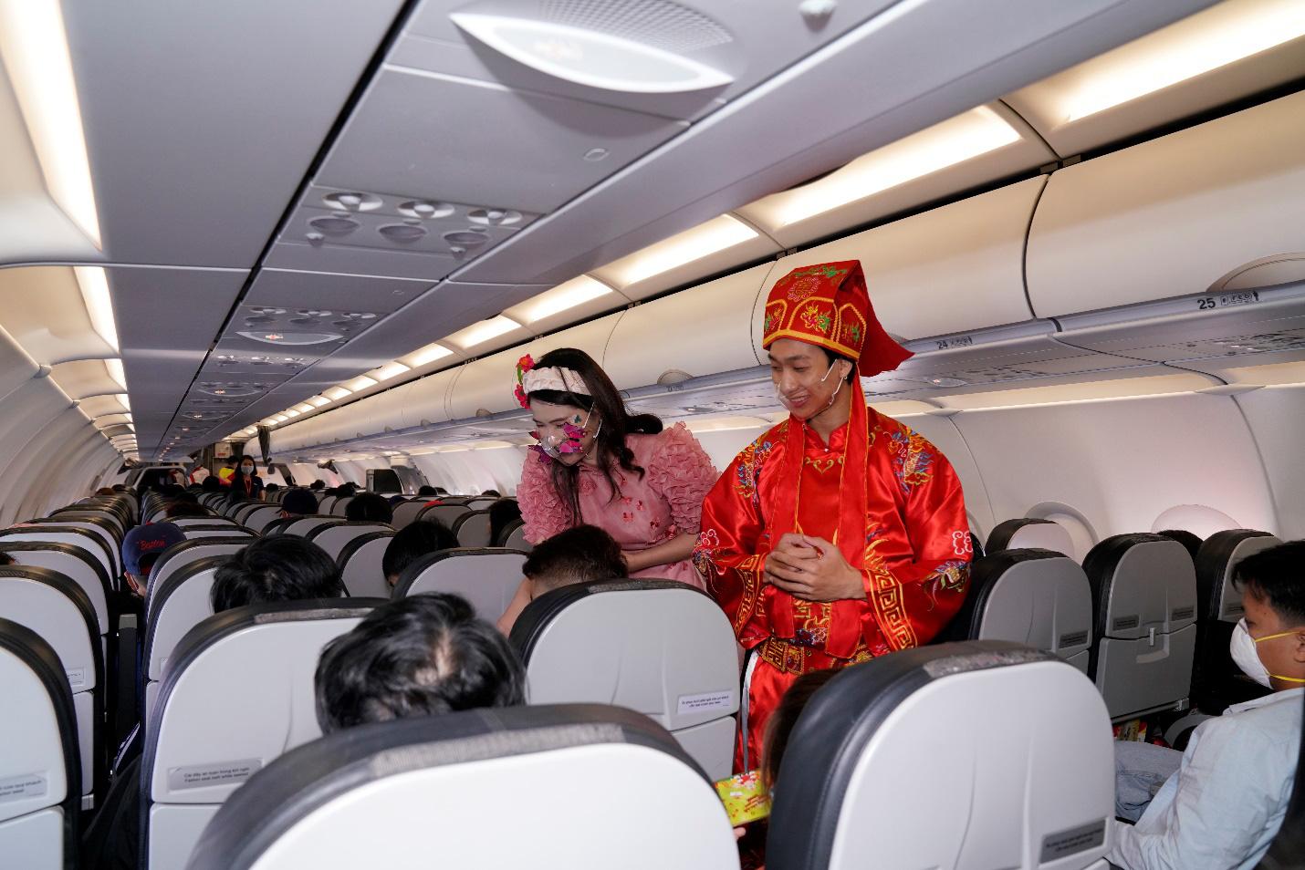 Điều bất ngờ Vietjet dành tặng khách hàng chọn bay an toàn ngày 23 tháng Chạp - Ảnh 2.