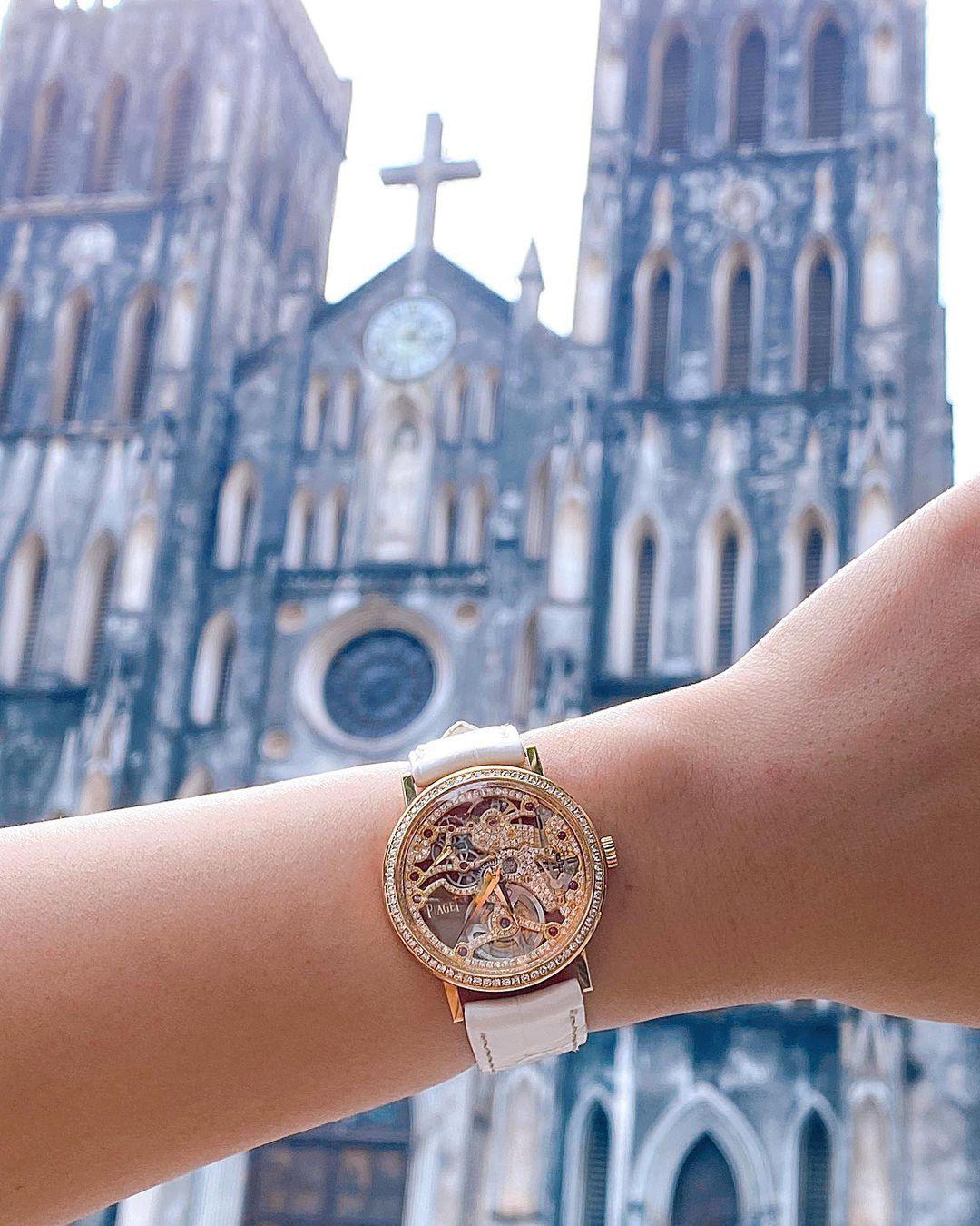 """Quỳnh Anh Shyn """"đụng hàng"""" Trần Viên Ngọc Trân: Cận cảnh mẫu đồng hồ tiền tỉ khiến các nàng say đắm - Ảnh 4."""