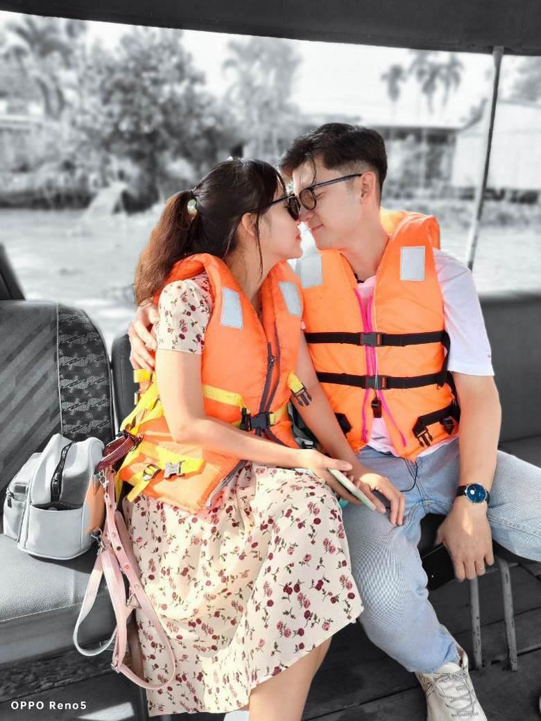 Hết vợ chồng Mike Pan đến gia đình Sơn Đoàn khoe khoảnh khắc ngọt ngào cận Valentine - Ảnh 3.