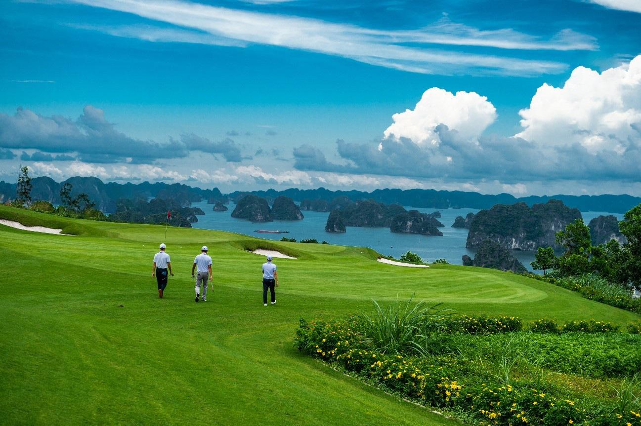 Chơi golf bên vịnh biển đẹp nhất Châu Á: Hội nghiện golf không thể bỏ qua - Ảnh 1.