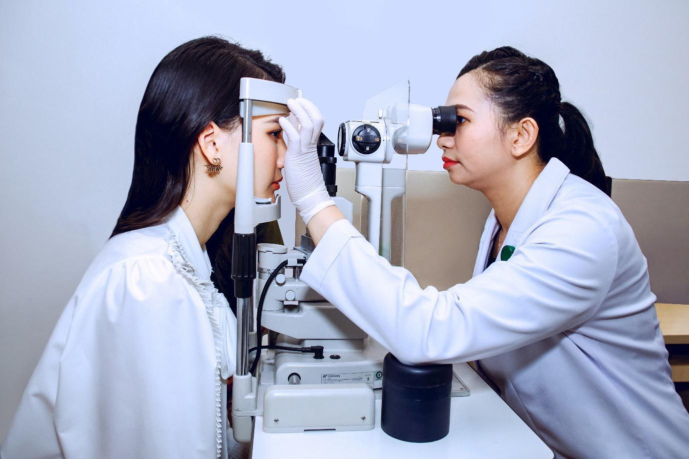 """Siêu mẫu Bùi Quỳnh Hoa bật mí cách chỉ mất 23 giây để """"thoát kính"""" với phương pháp mổ cận SMILE bằng Visumax - Ảnh 6."""