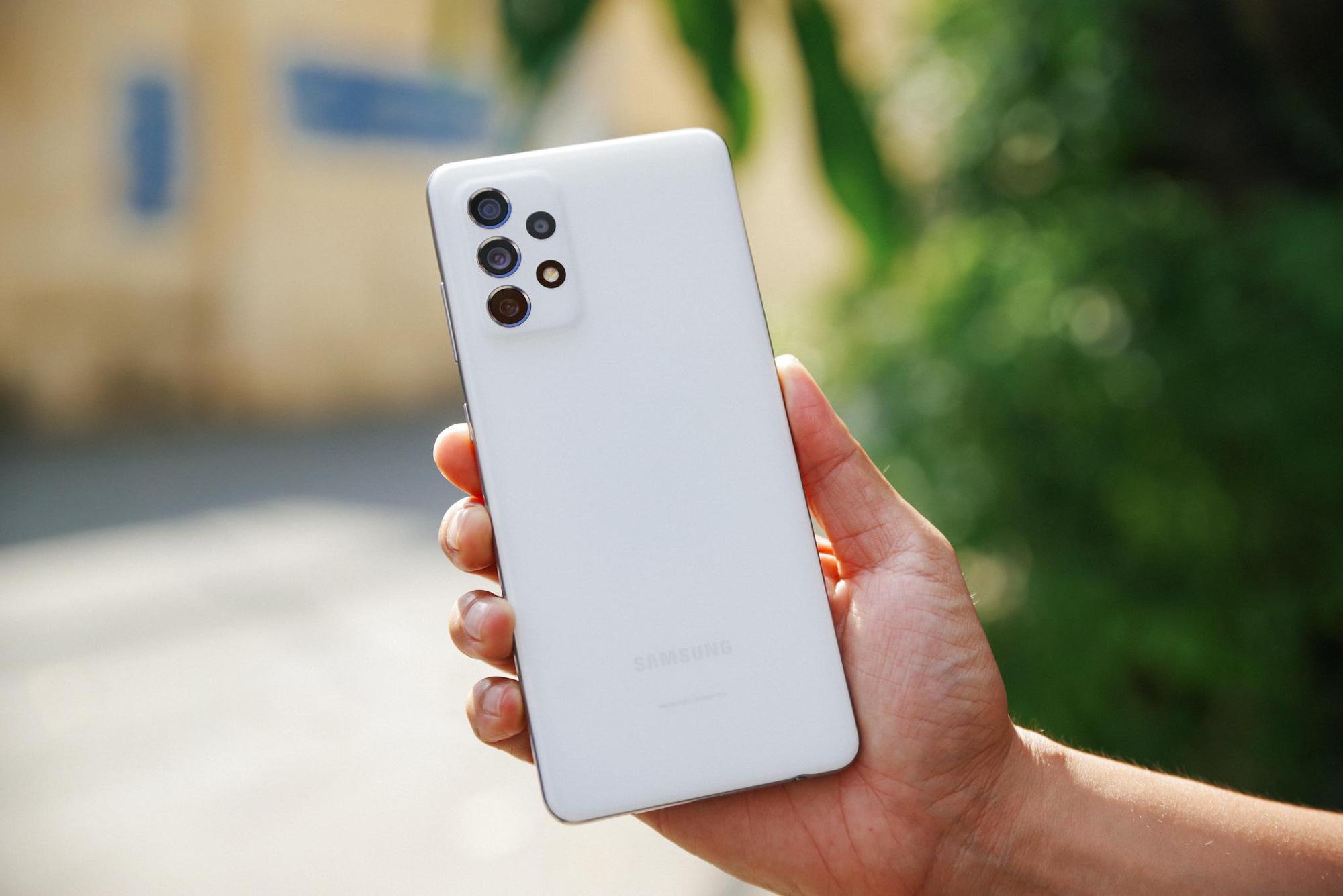 """Trên tay Samsung Galaxy A52 và A72, thiết bị giúp giới trẻ """"thăng hạng ngàn trải nghiệm"""" - Ảnh 1."""