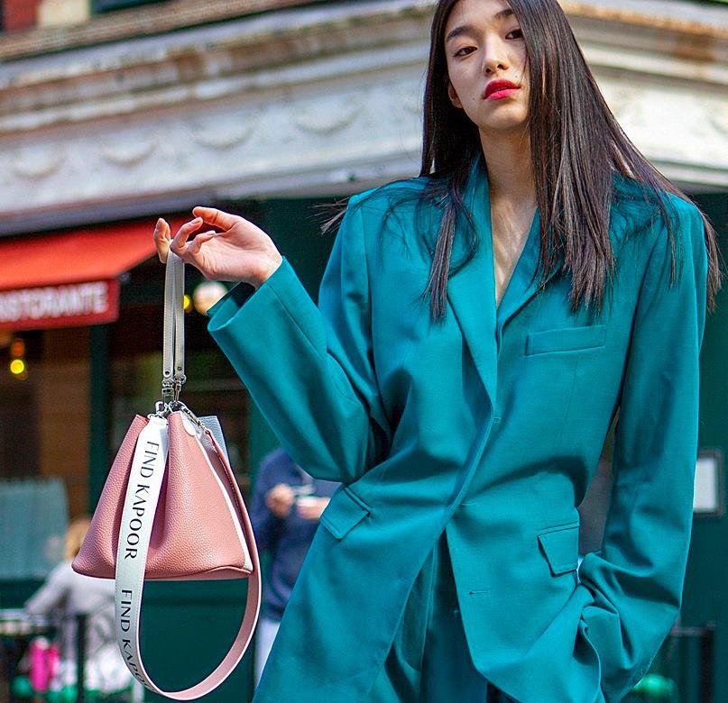 Muôn kiểu phối đồ như fashionista với một chiếc túi Bucket của Find Kapoor - Ảnh 4.