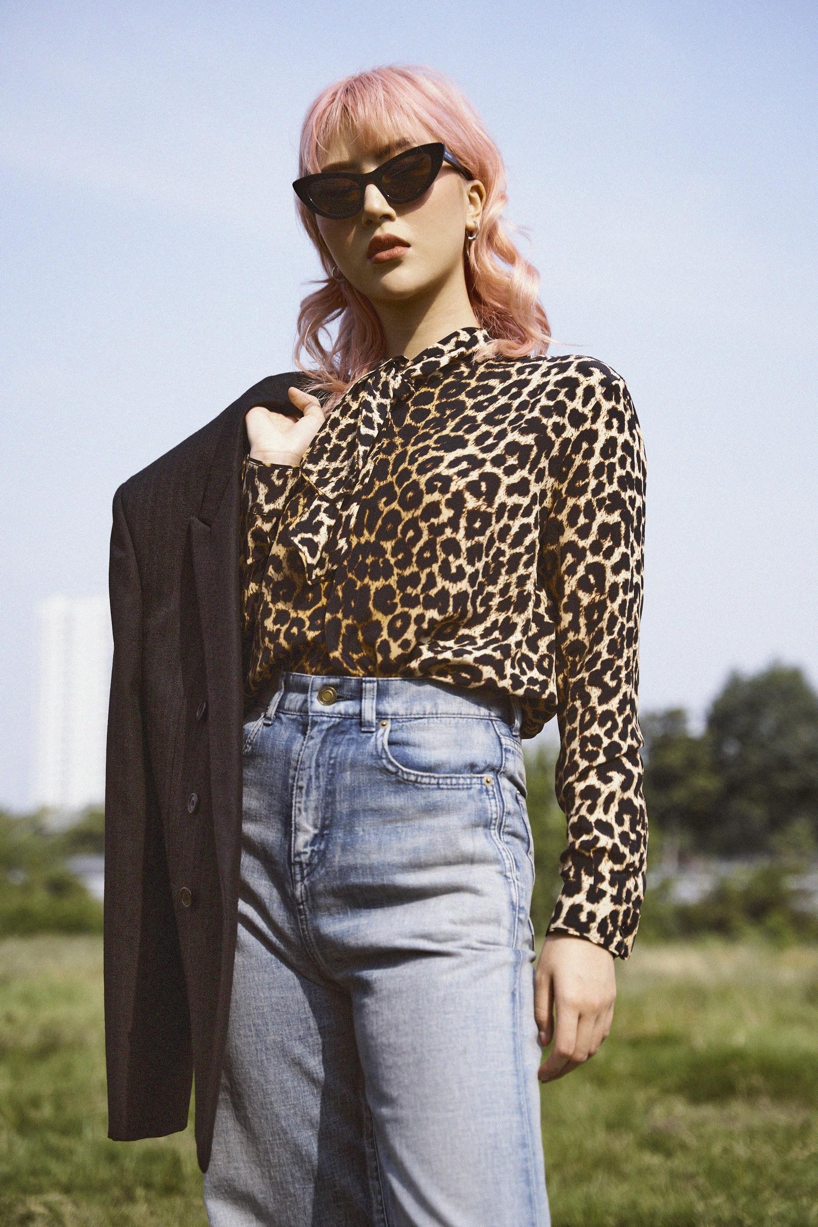 """Đụng hàng Saint Laurent: Quỳnh Anh Shyn tự tin với phong cách Rock chic, Ngọc Trinh và Diệu Nhi lại """"biến hình"""" gợi cảm, huyền bí - Ảnh 2."""